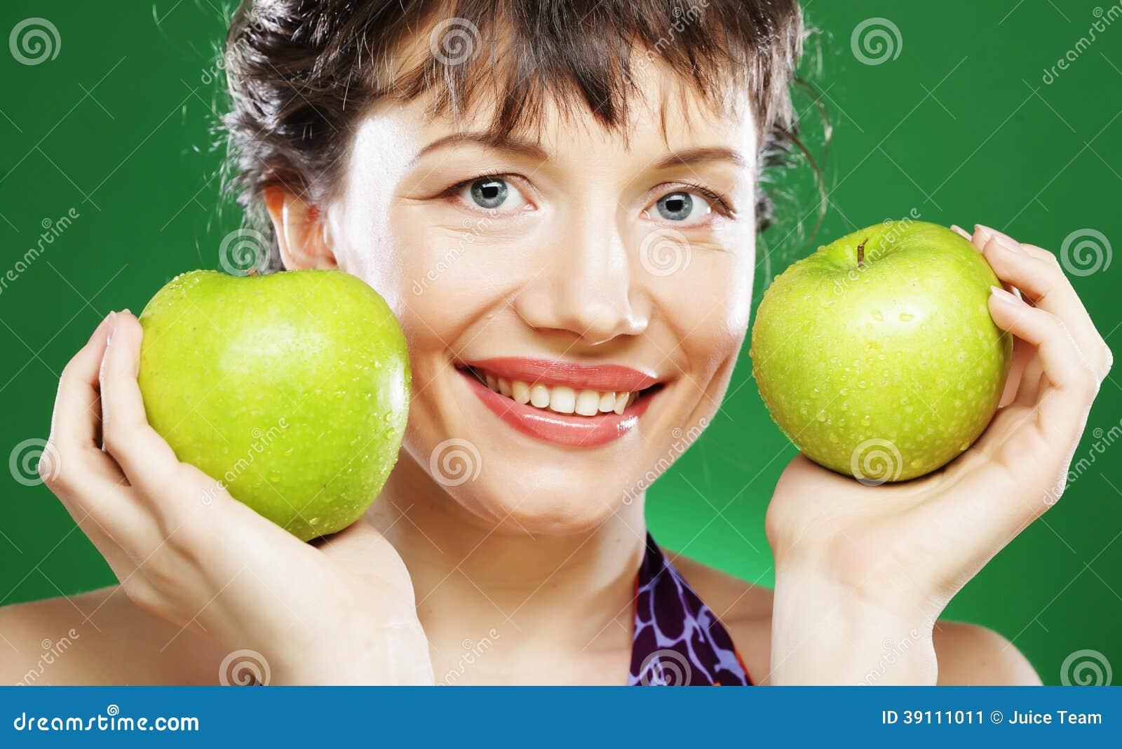 Vrouw met groene appel