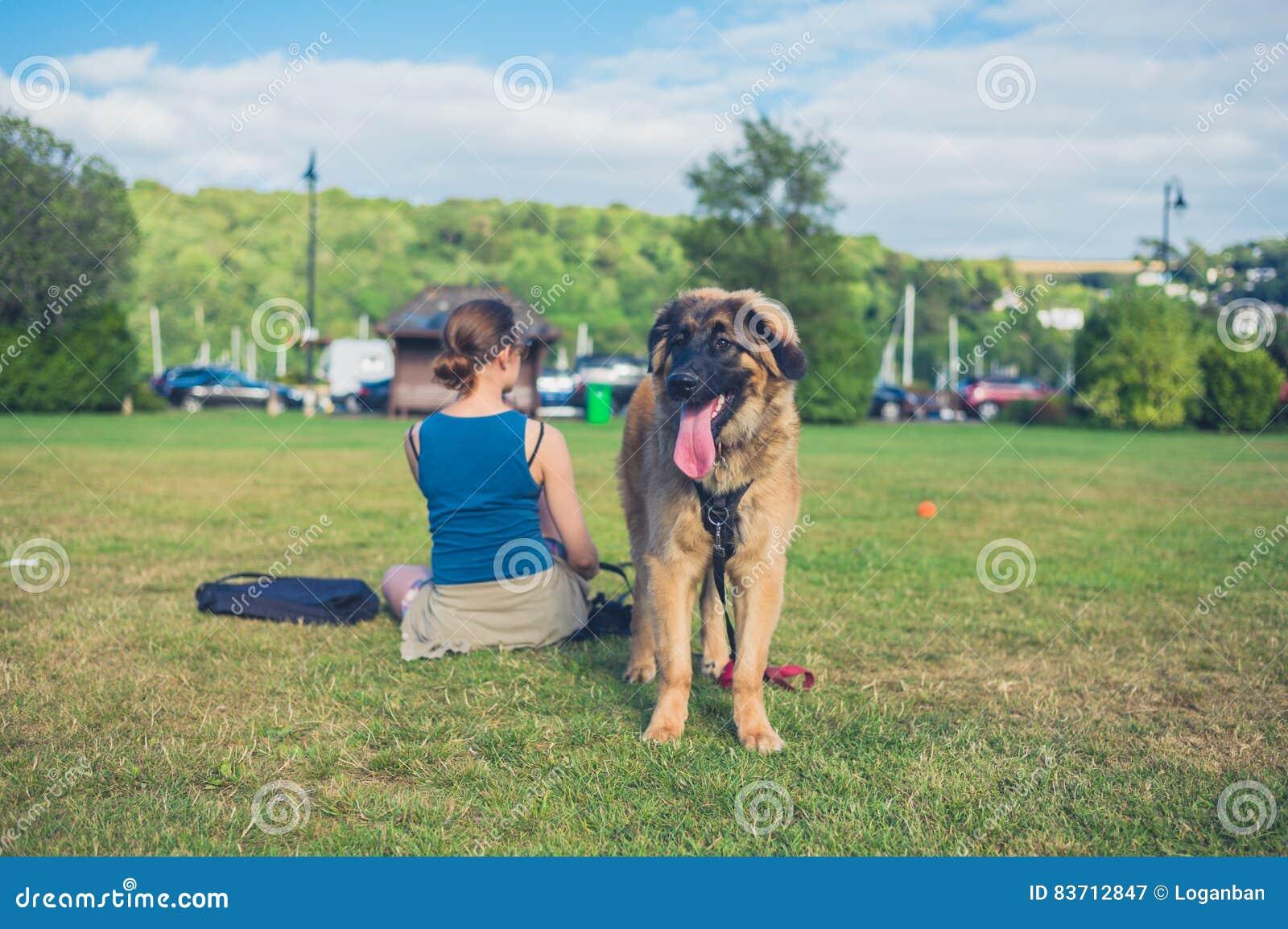 Vrouw met grote hond in het park