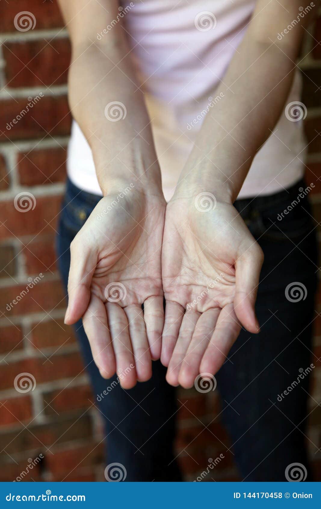 Vrouw met haar open handen