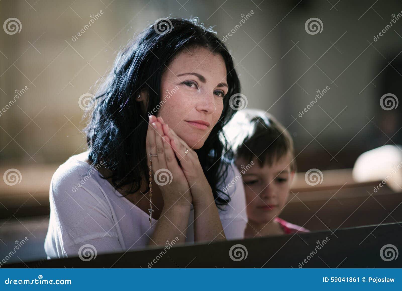 Vrouw met haar zoon het bidden