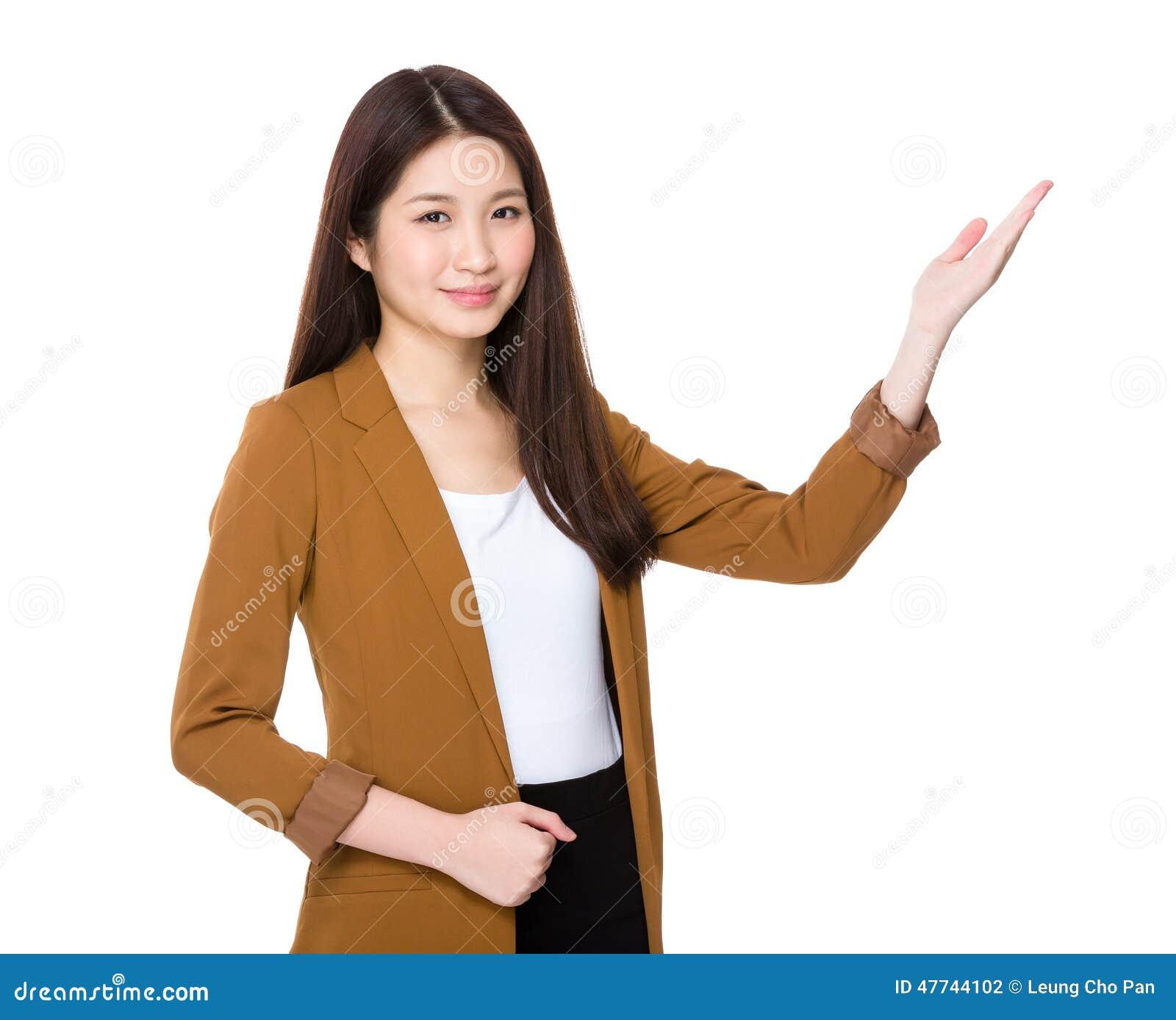 Vrouw met handpresentatie stock foto afbeelding 47744102 - Secretaresse witte ...