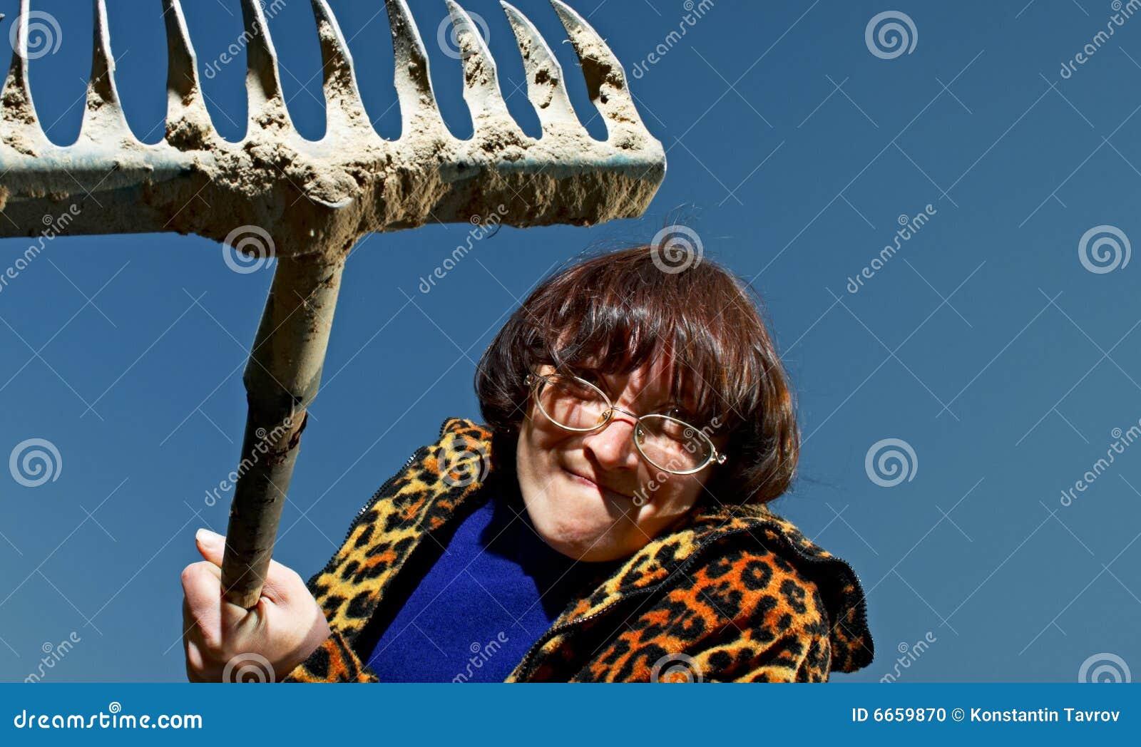 Vrouw met hark