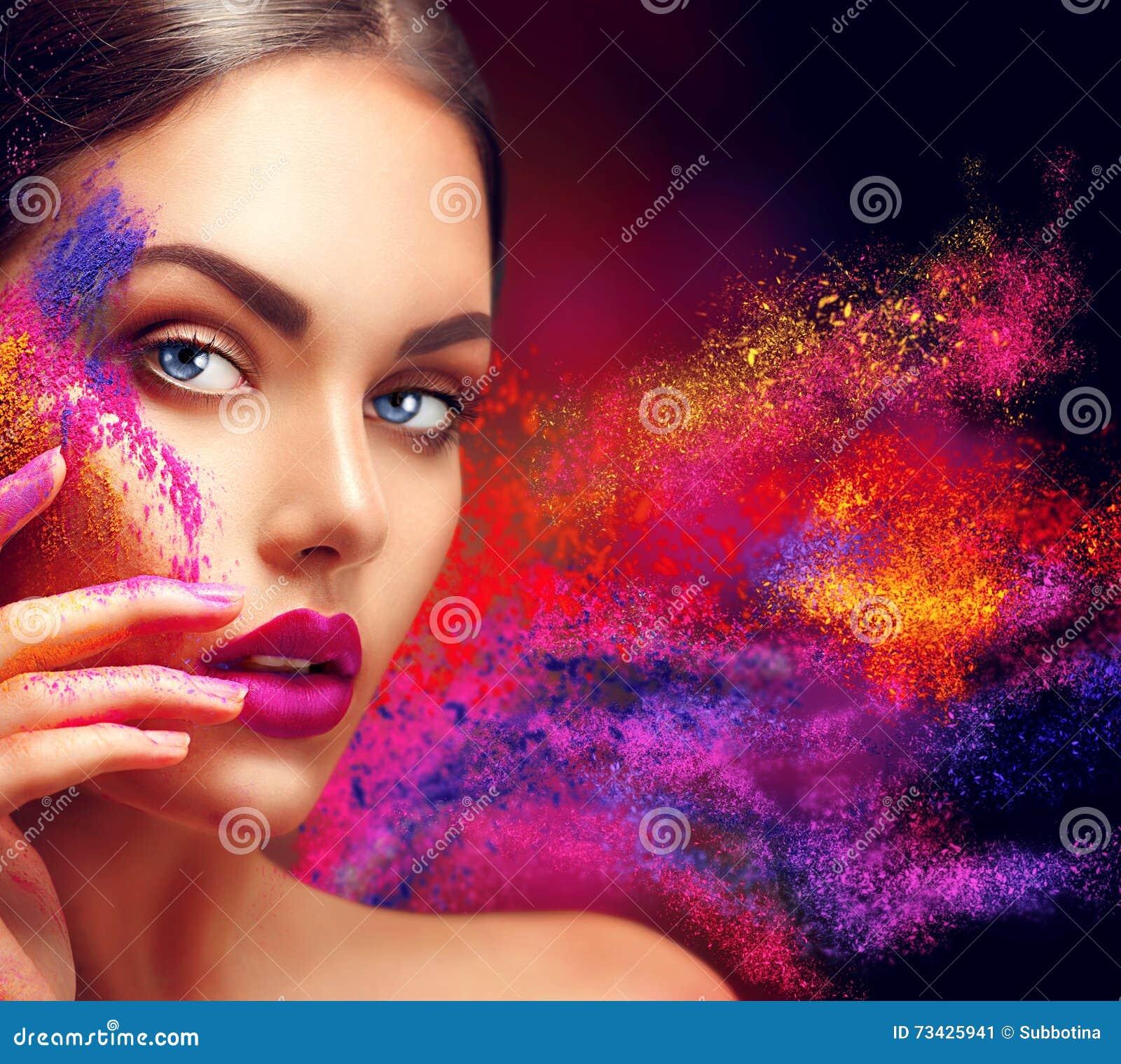 Vrouw met heldere kleurenmake-up
