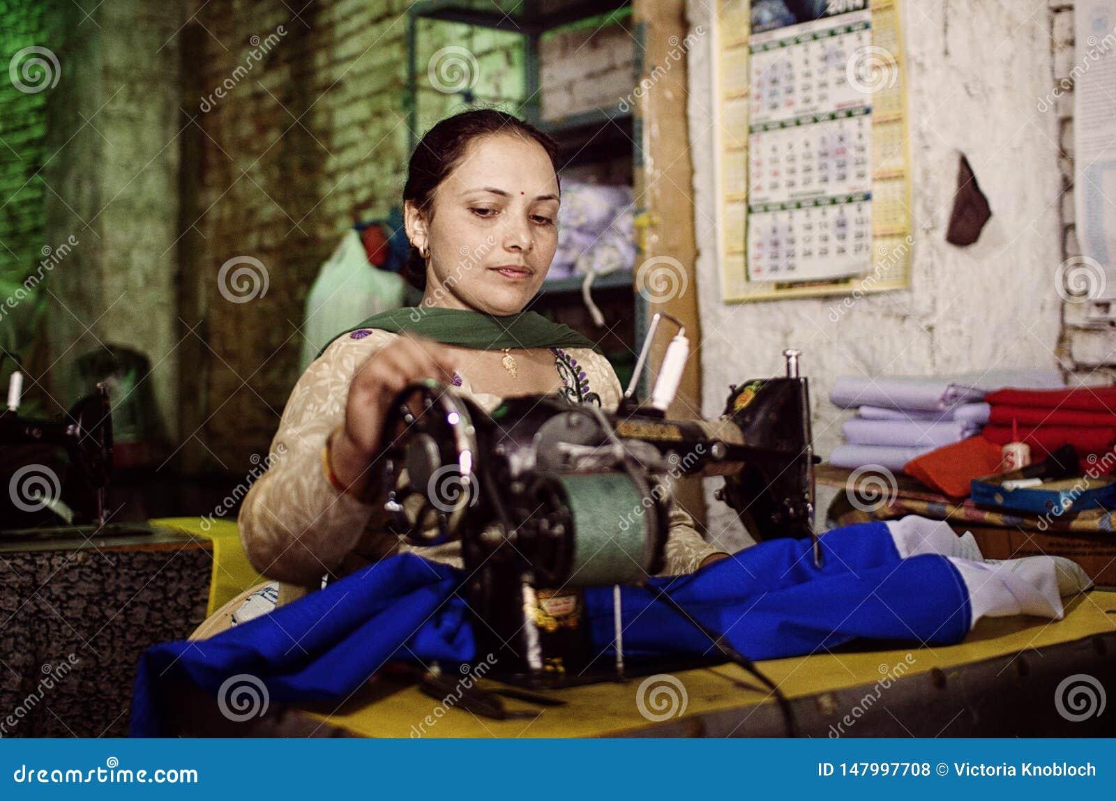 Vrouw met het naaien van mashine in Ladakh