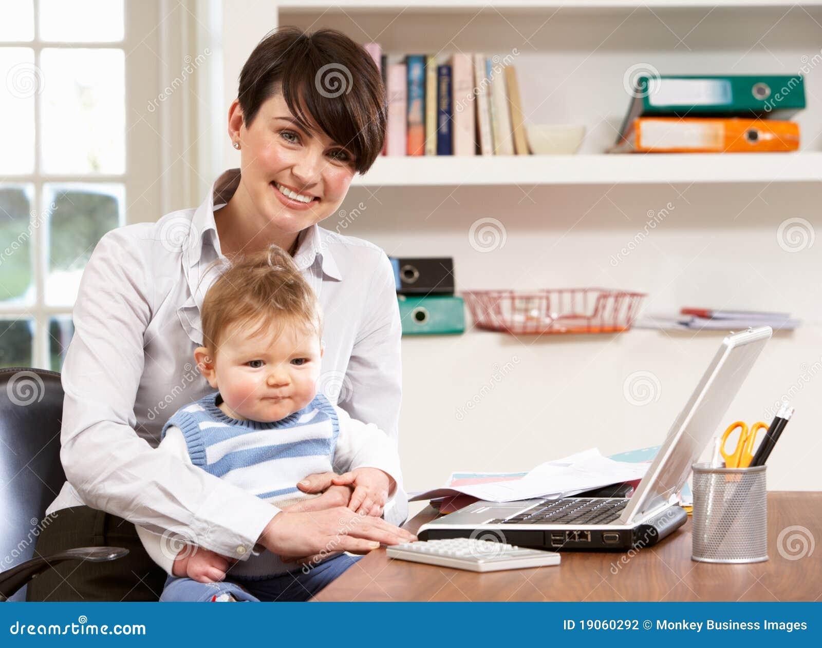 Vrouw met het Werken van de Baby van Huis dat Laptop met behulp van