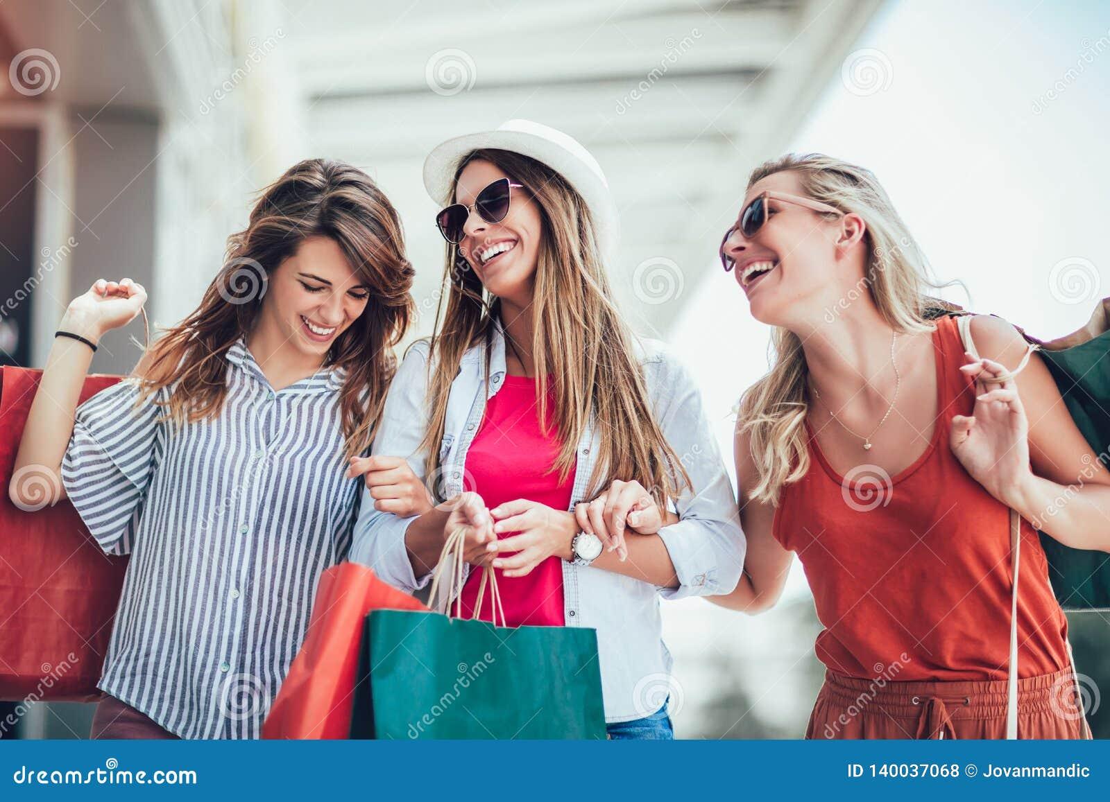 Vrouw met het winkelen zakken in de stad-verkoop, het winkelen, toerisme en gelukkig mensenconcept