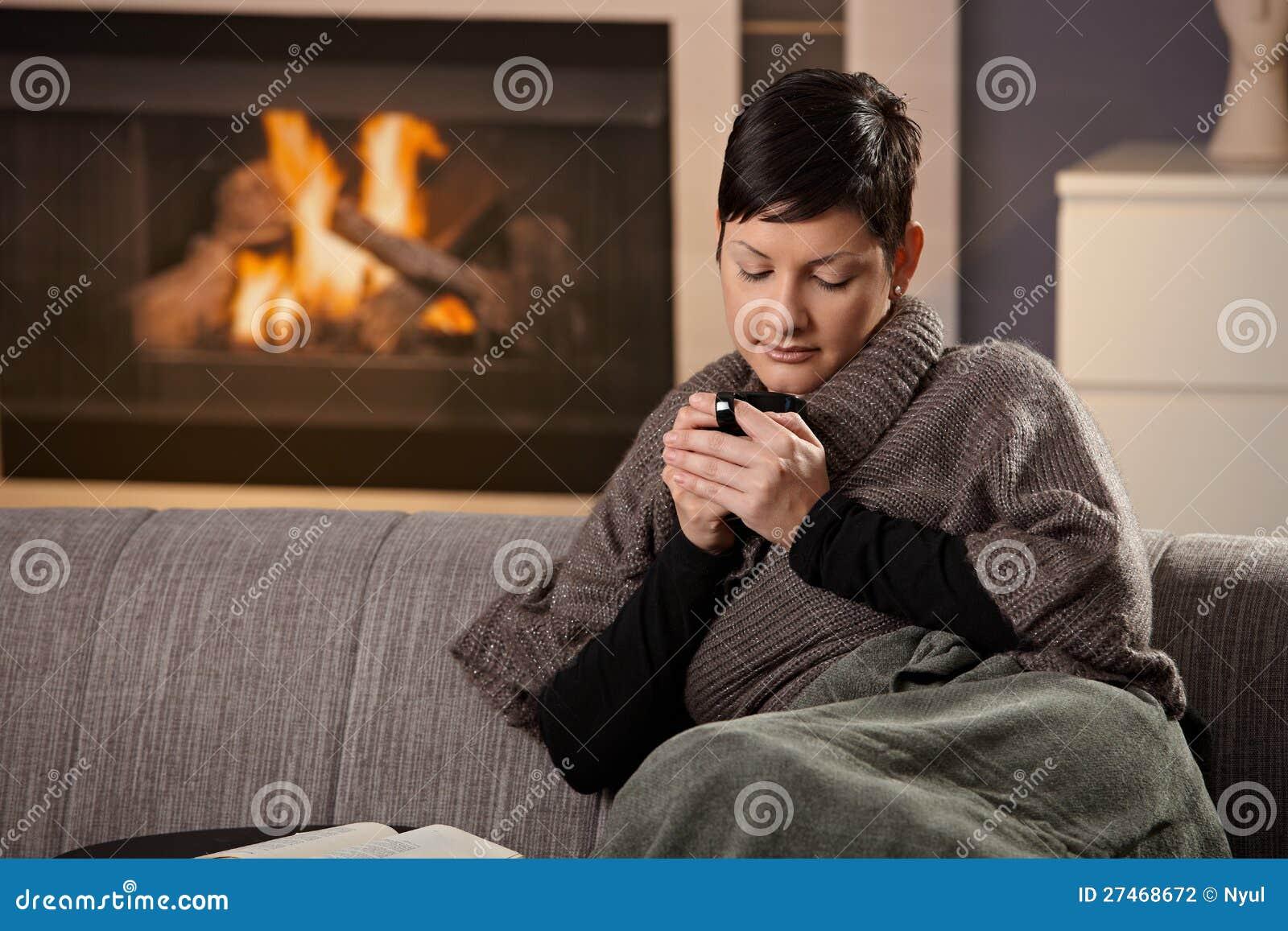 Vrouw met hete drank