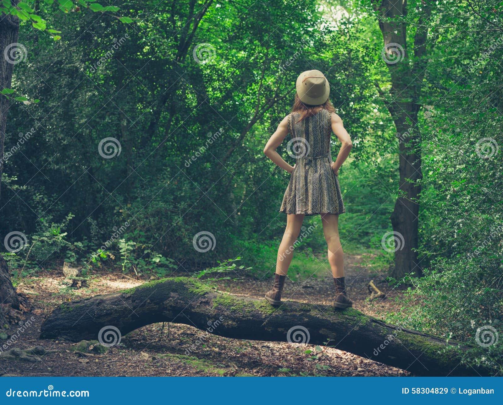 Vrouw Met Hoed Op Login Bos Stock Foto   Afbeelding  58304829