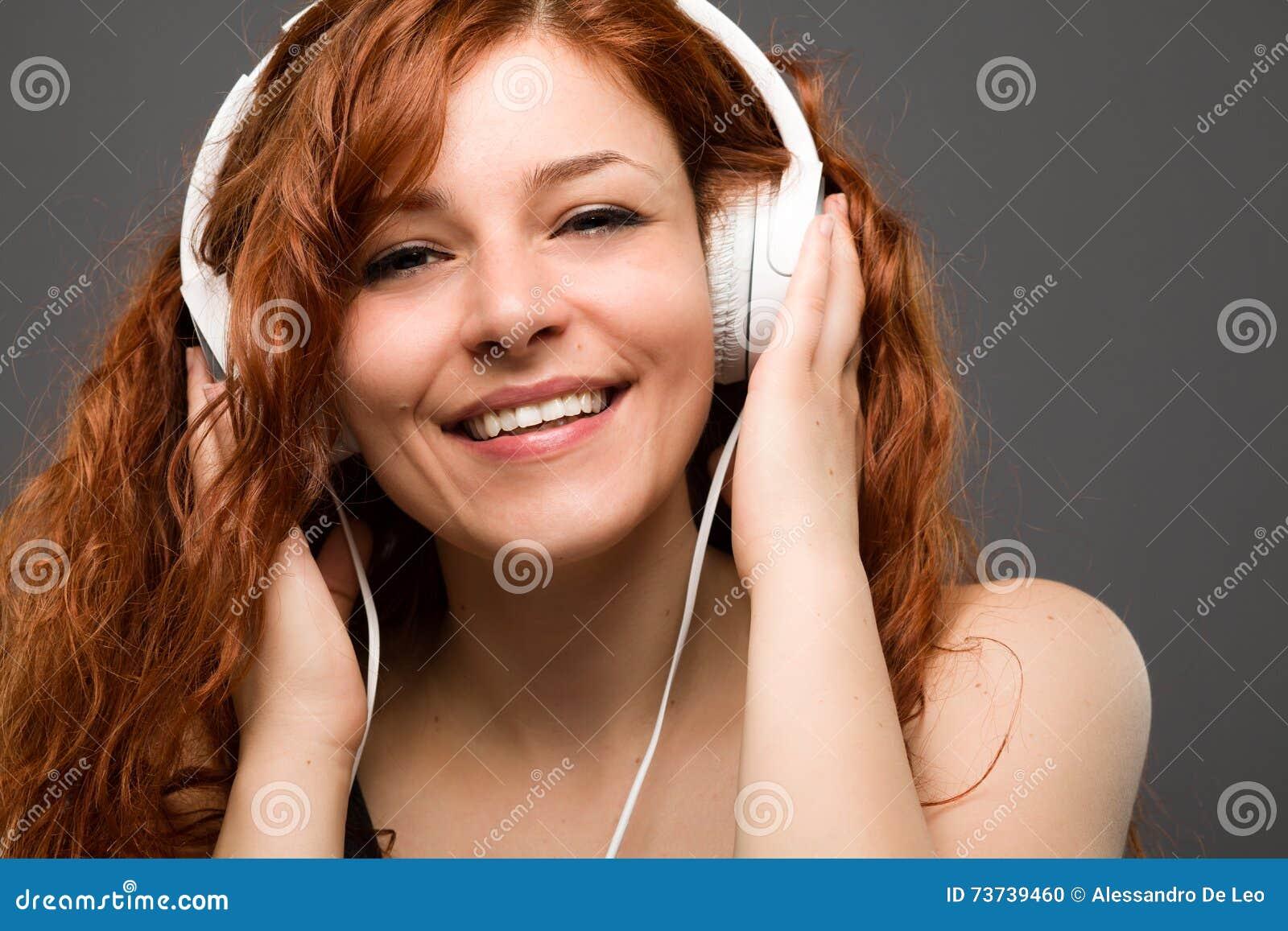 Vrouw met hoofdtelefoons