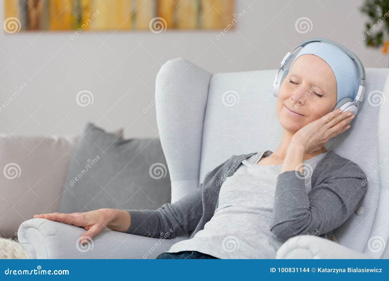 Vrouw met kanker in leunstoel