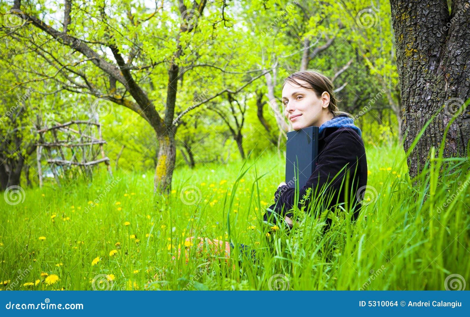Vrouw met laptop in openlucht