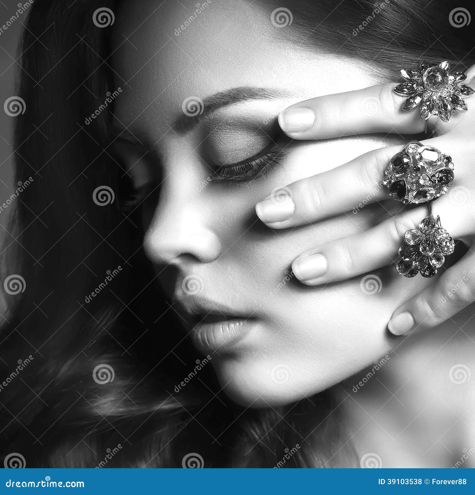 Vrouw met make-up en kostbare decoratie