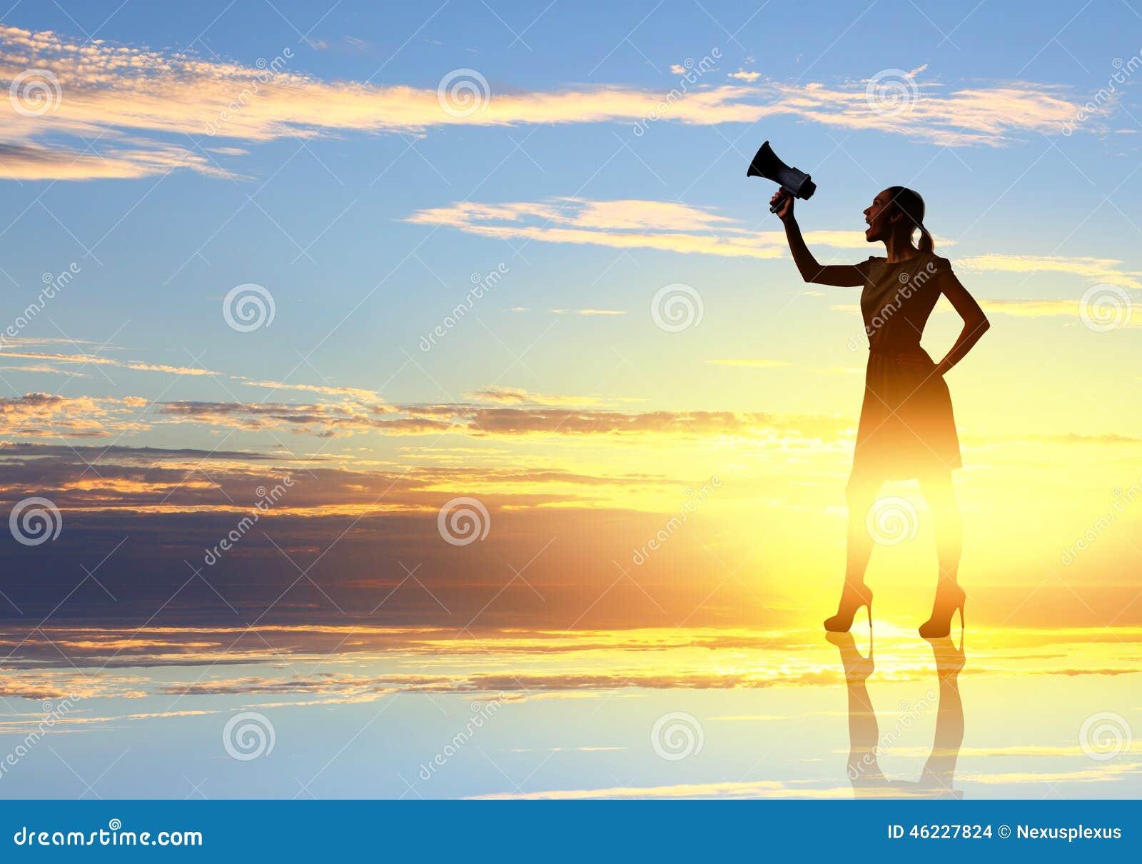 Vrouw met megafoon