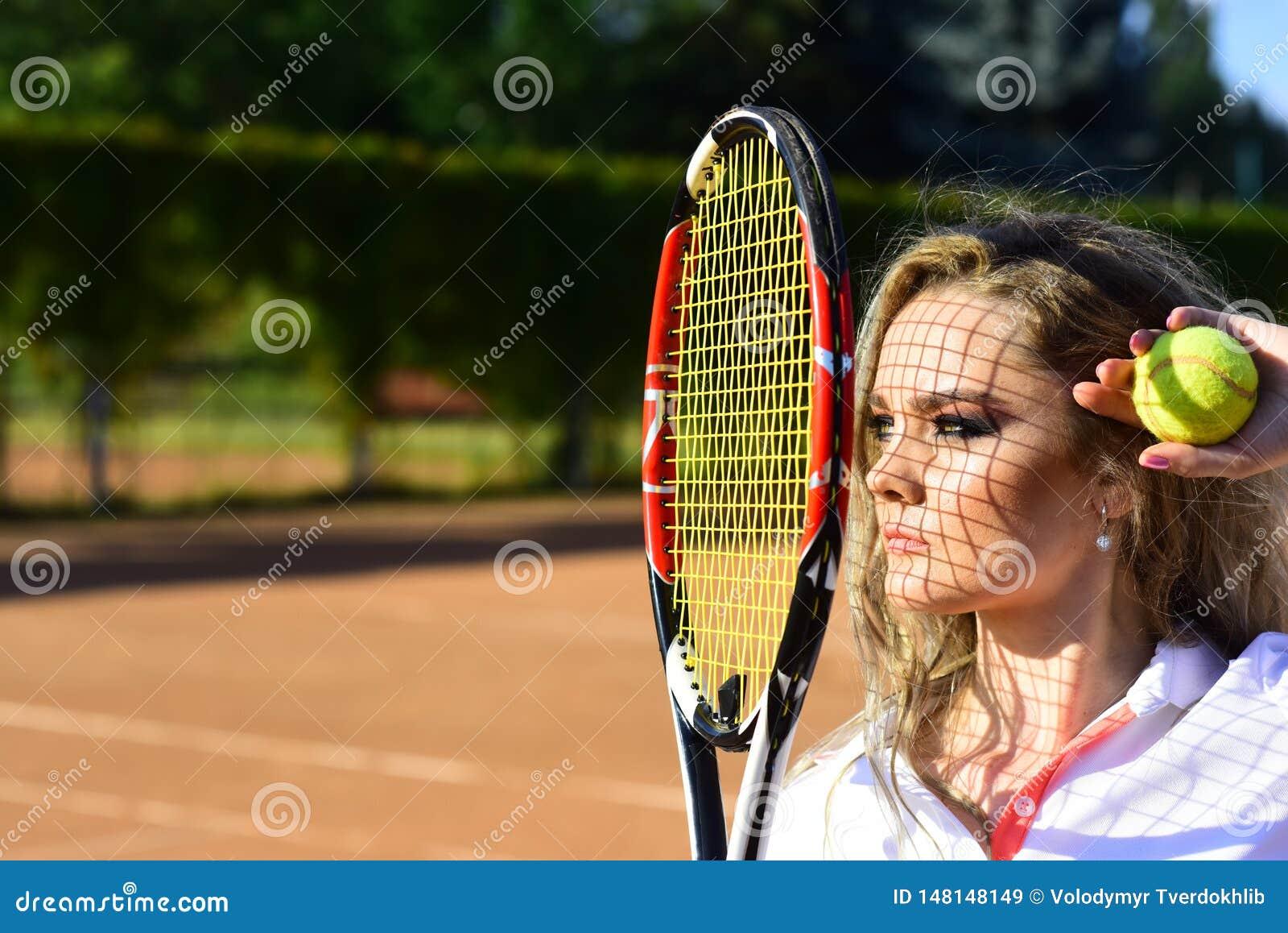 Vrouw met netto schaduw op gezicht op zonnige dag