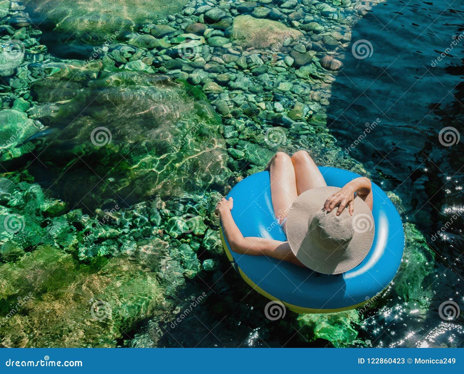 Vrouw met Pamela op een vlotter op een bergrivier