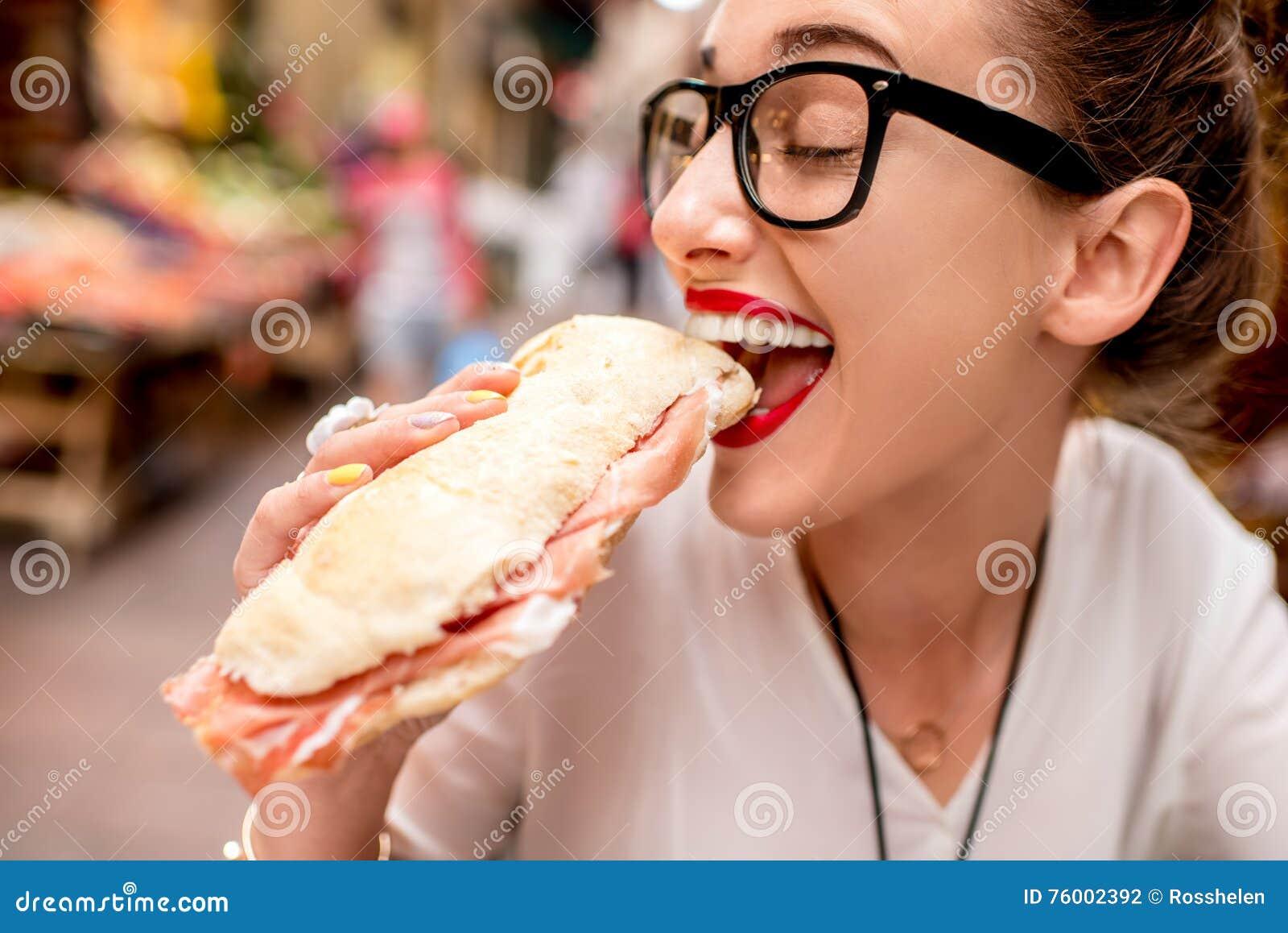 Vrouw met panini
