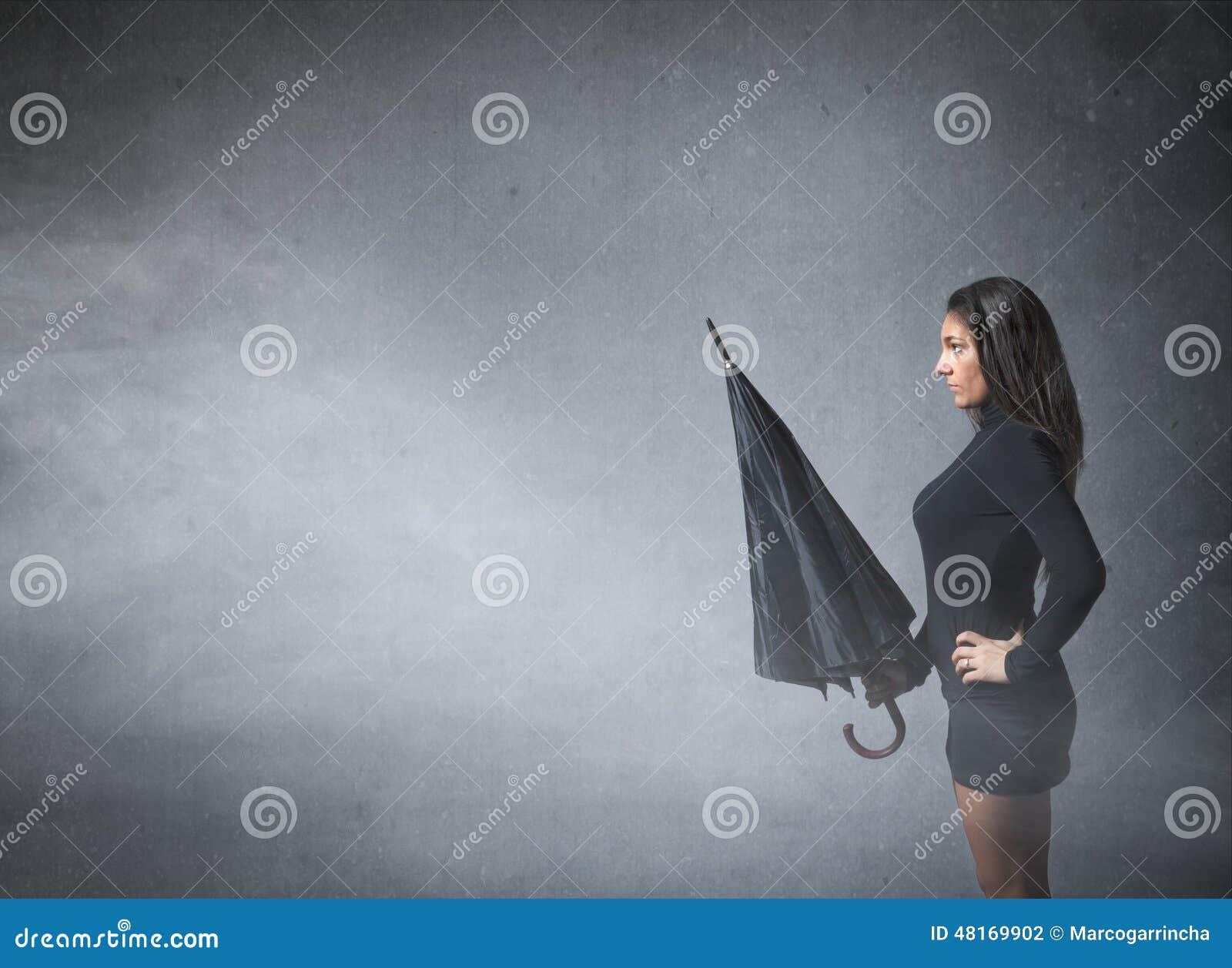 Vrouw met paraplu op hand