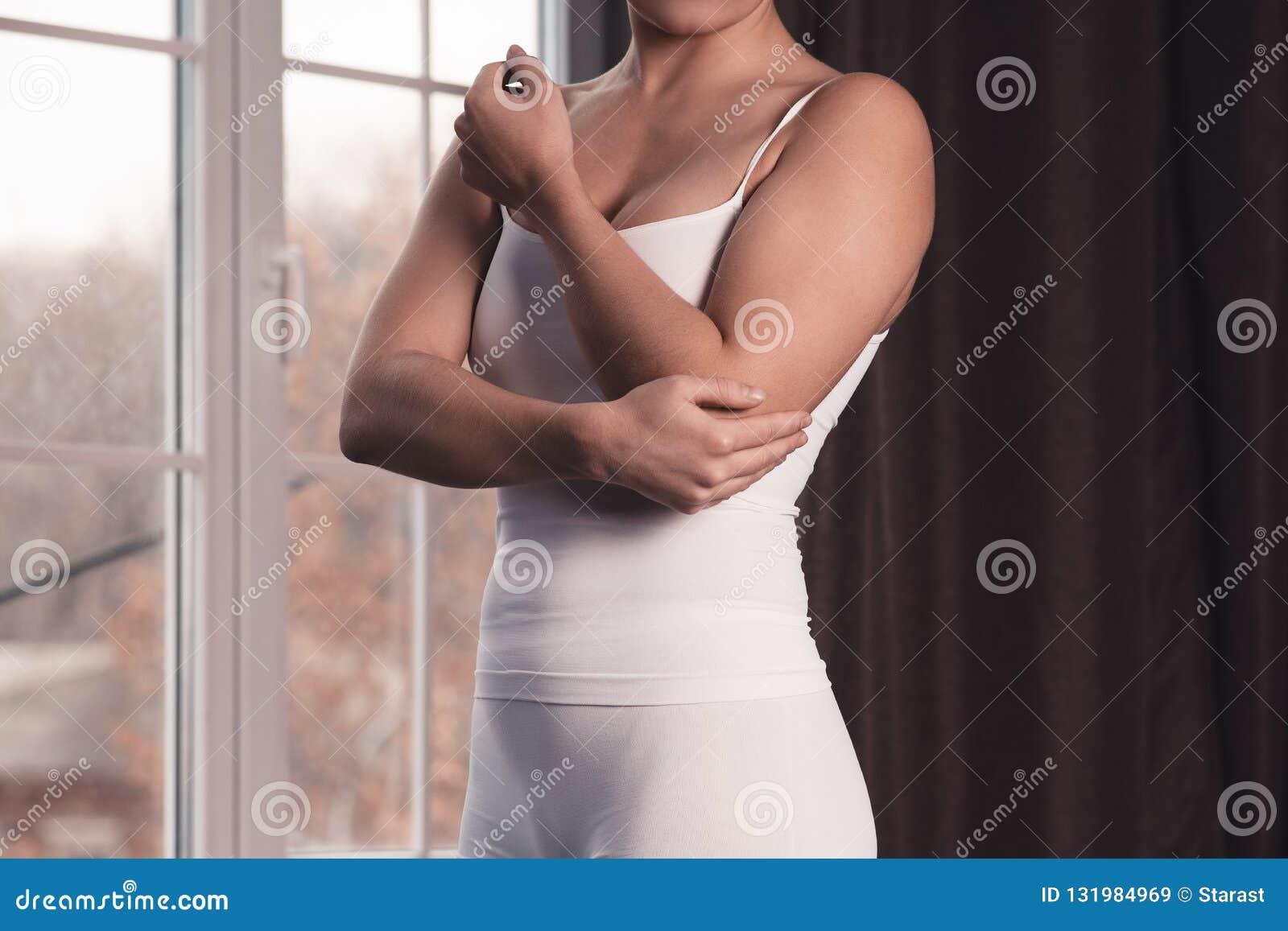 Vrouw met pijn in elleboog, gezamenlijke ontsteking