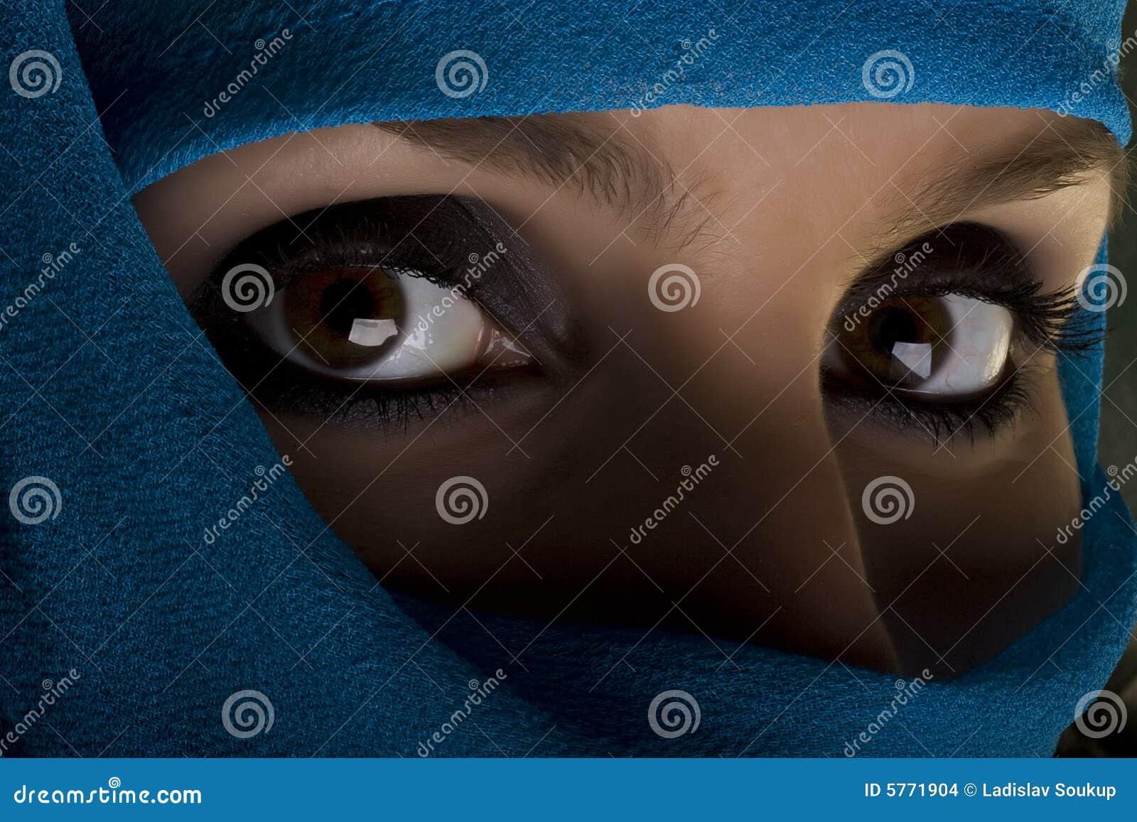 Vrouw met sjaal op gezicht