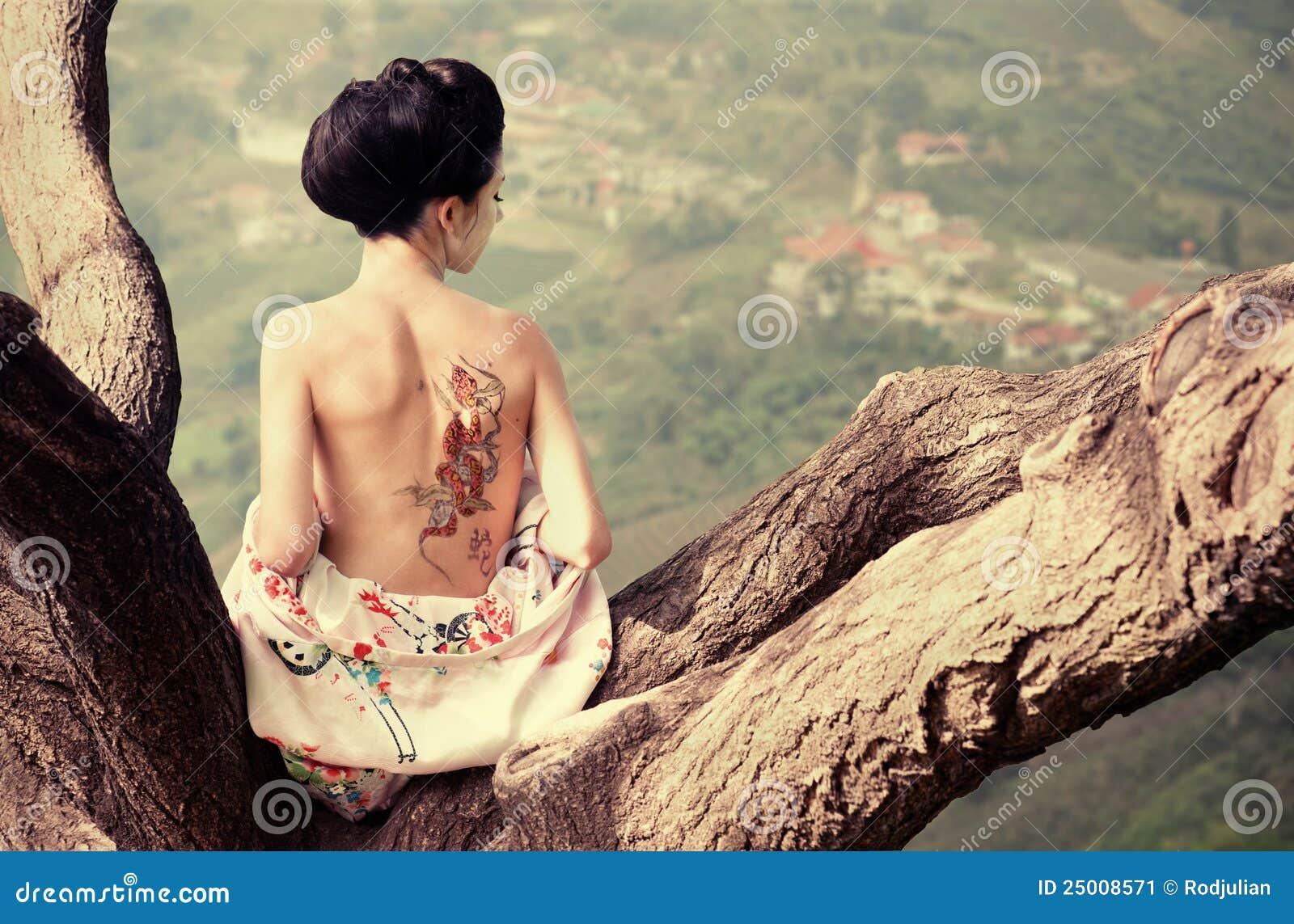 Vrouw met slang terug tatoegering op haar