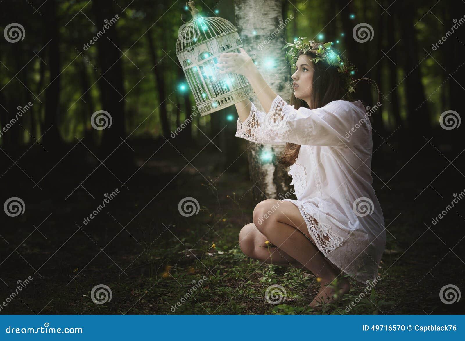Vrouw met spooklichten in geheim bos