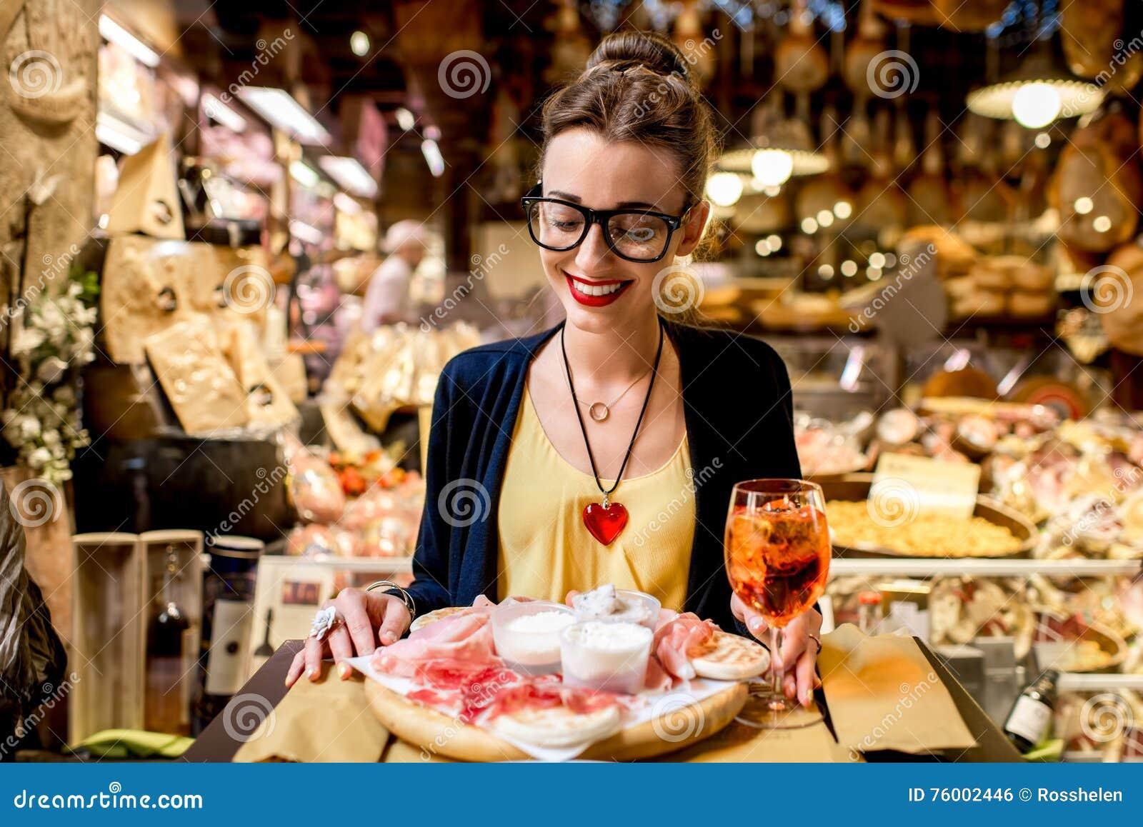 Vrouw met traditioneel Italiaans voorgerecht