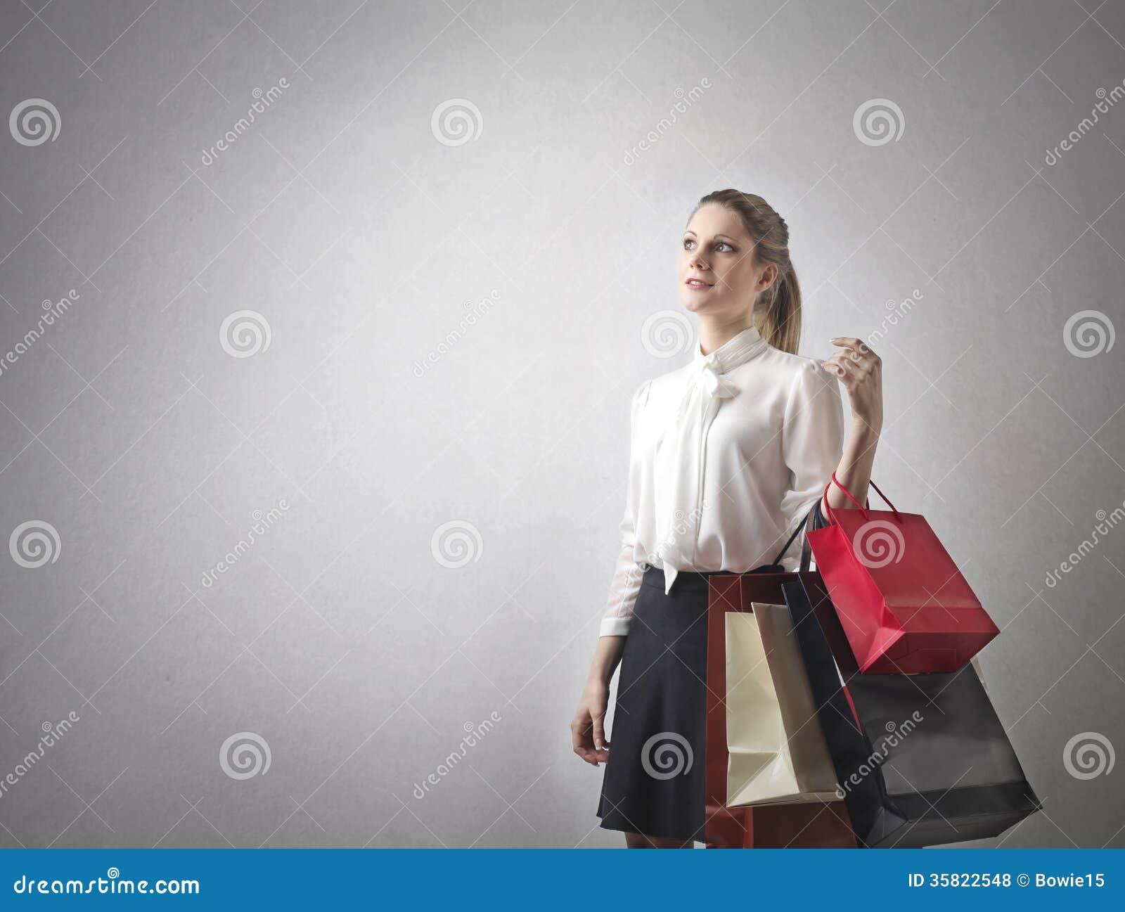 Vrouw met veel het winkelen zakken
