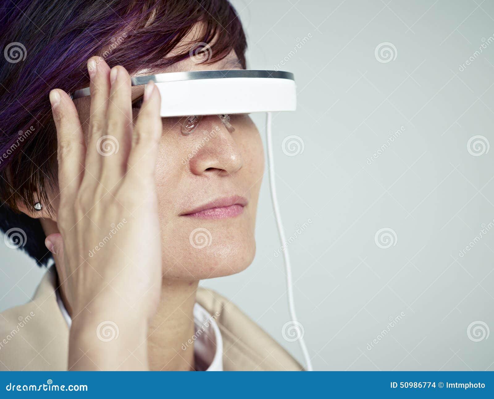 Vrouw met wearable apparaat