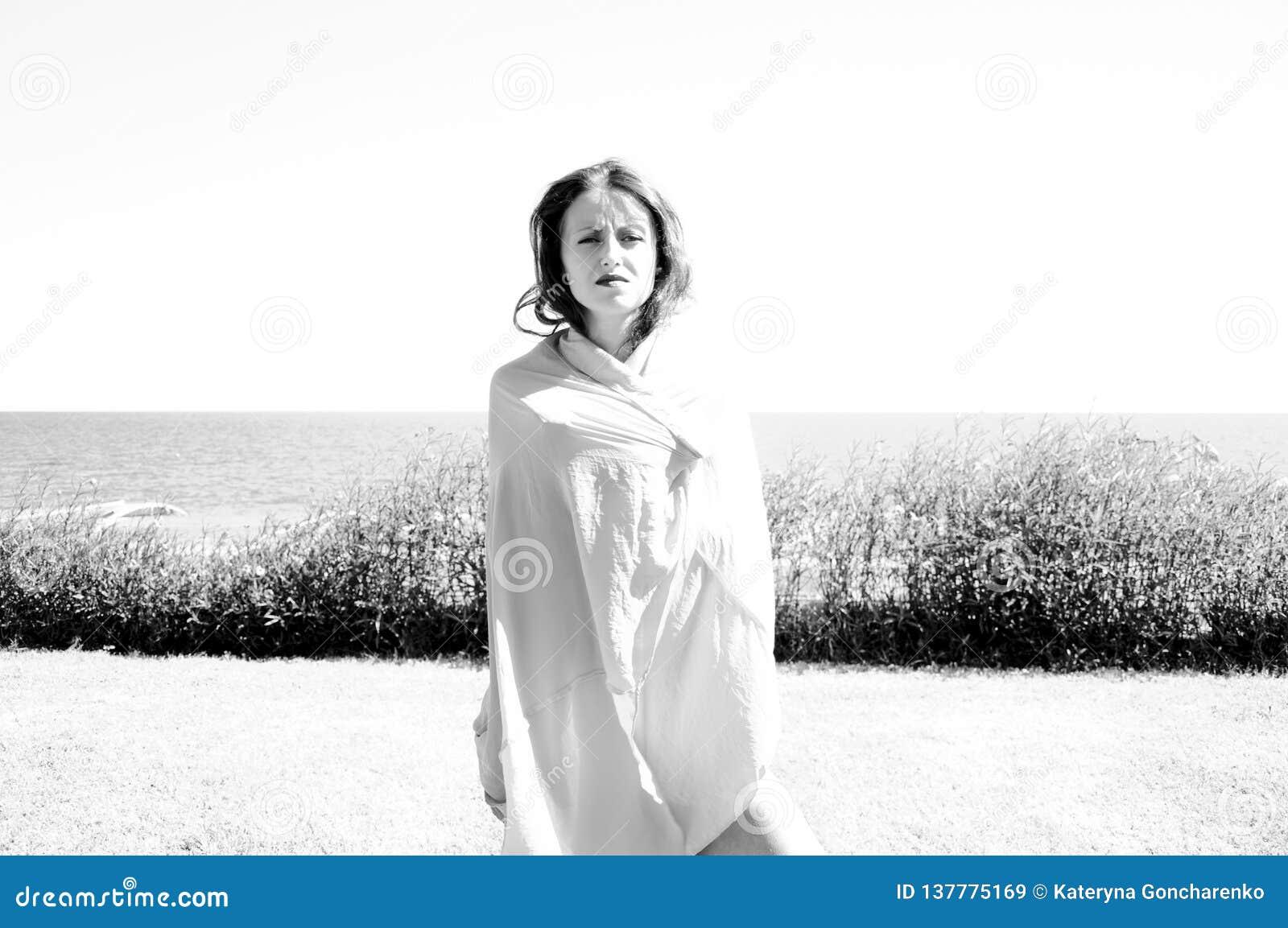 Vrouw omvat met rok op strand Na het zwemmen De zomervakantie en reis Sensueel meisje op overzees strand Oostelijke schoonheid su