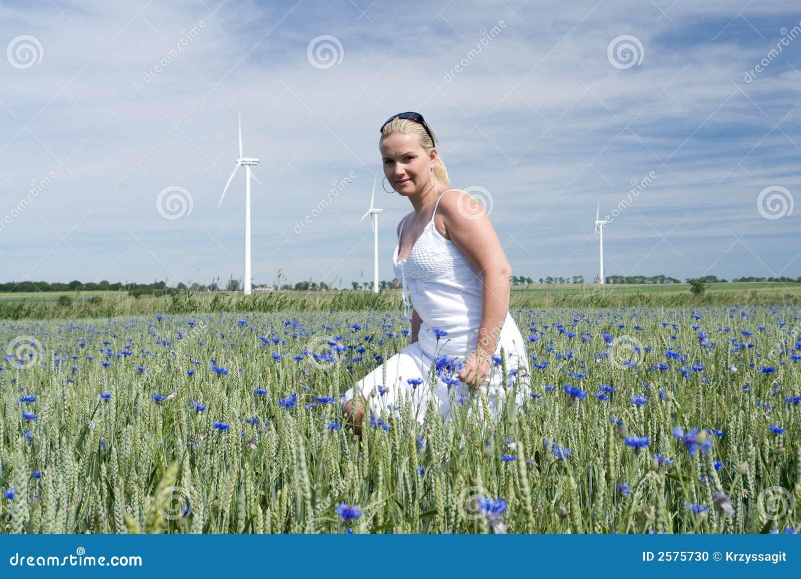 Vrouw op bloemgebied