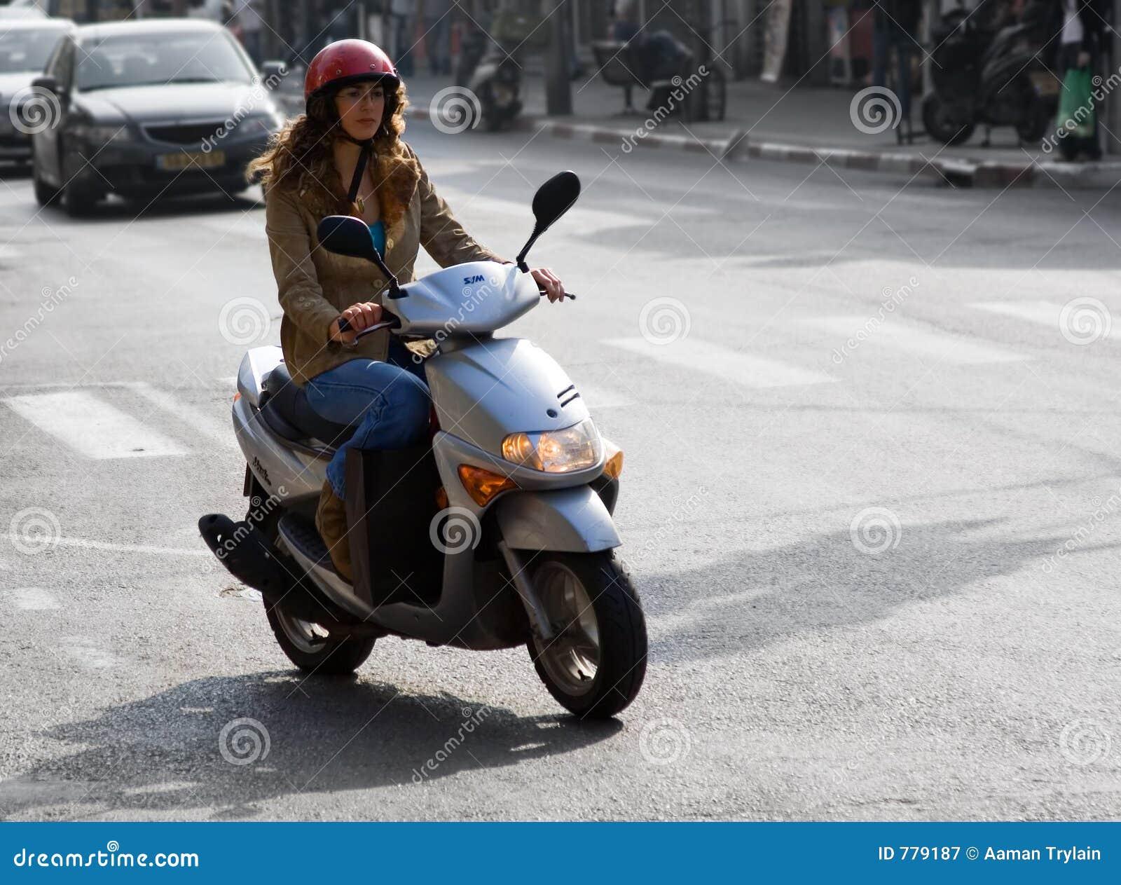 Vrouw op de Fiets van de Motor