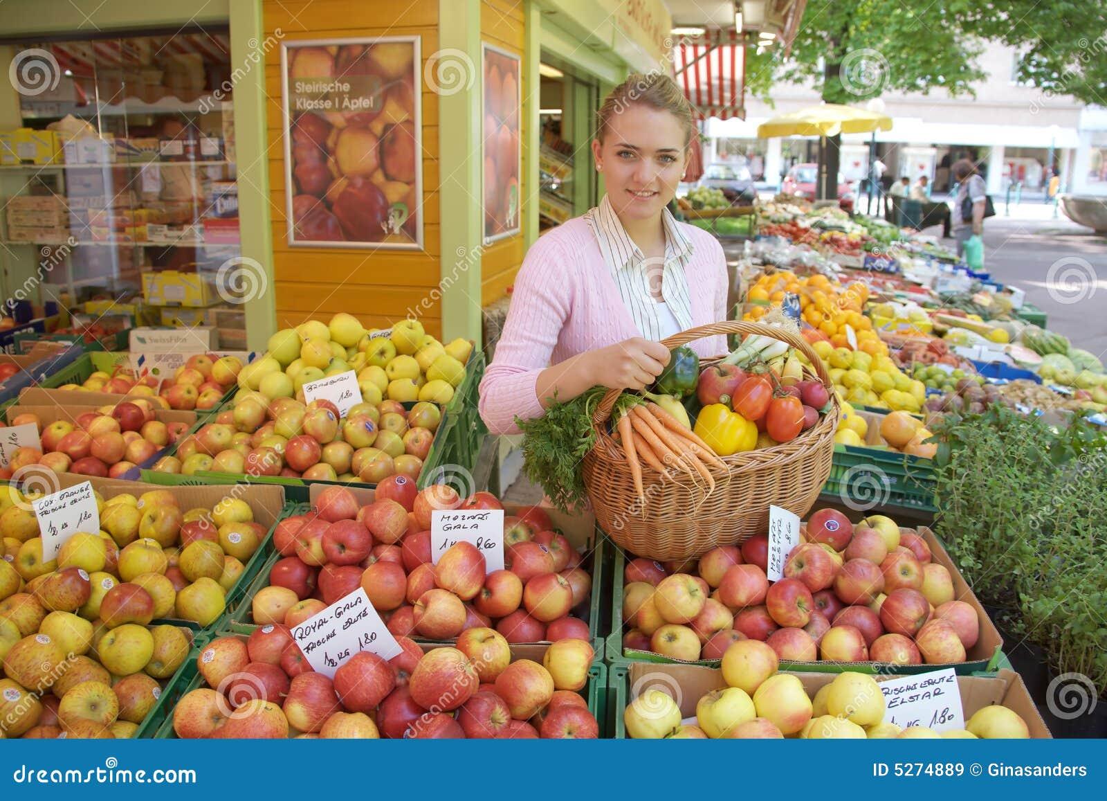 Vrouw op de fruitmarkt
