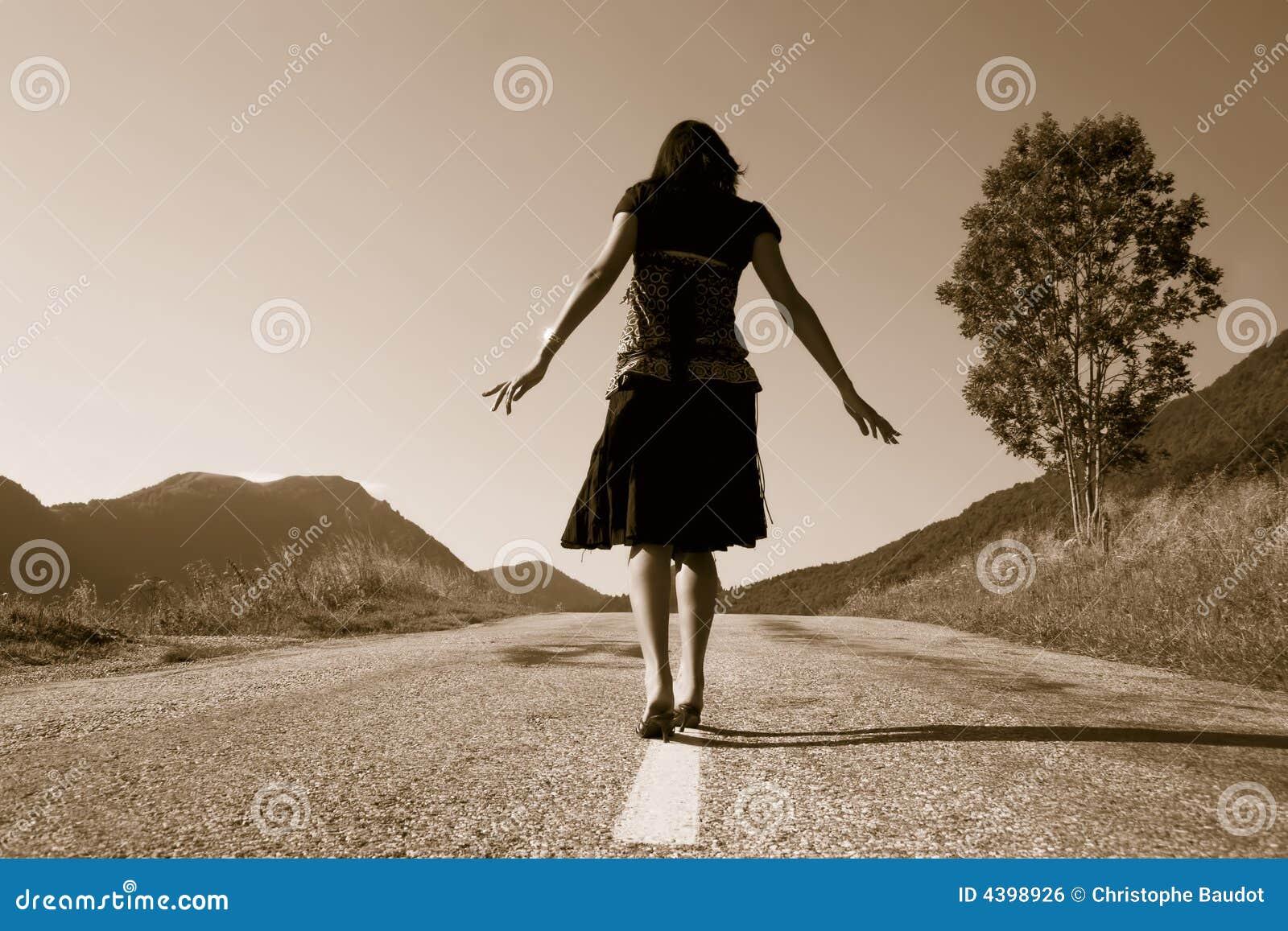 Vrouw op de weg