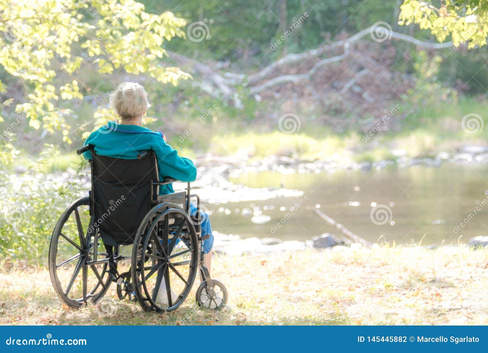 Vrouw op een weelchair