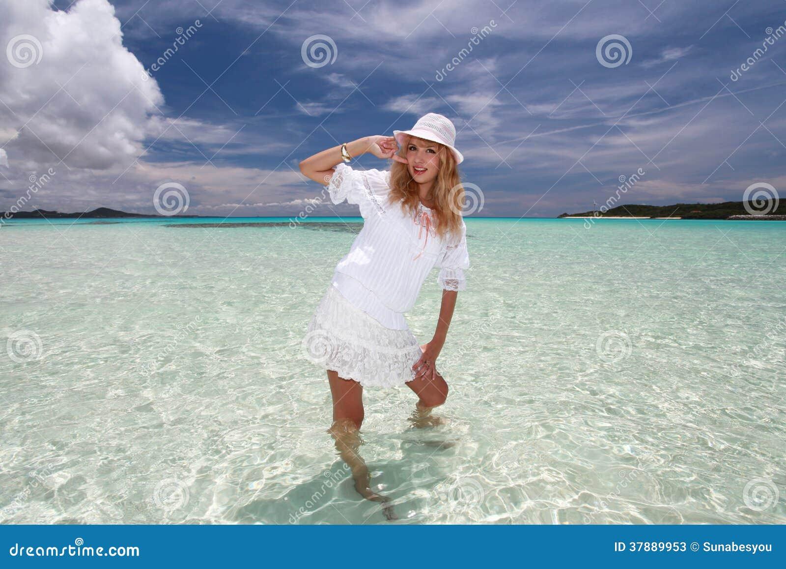 Vrouw op het blauwe overzees
