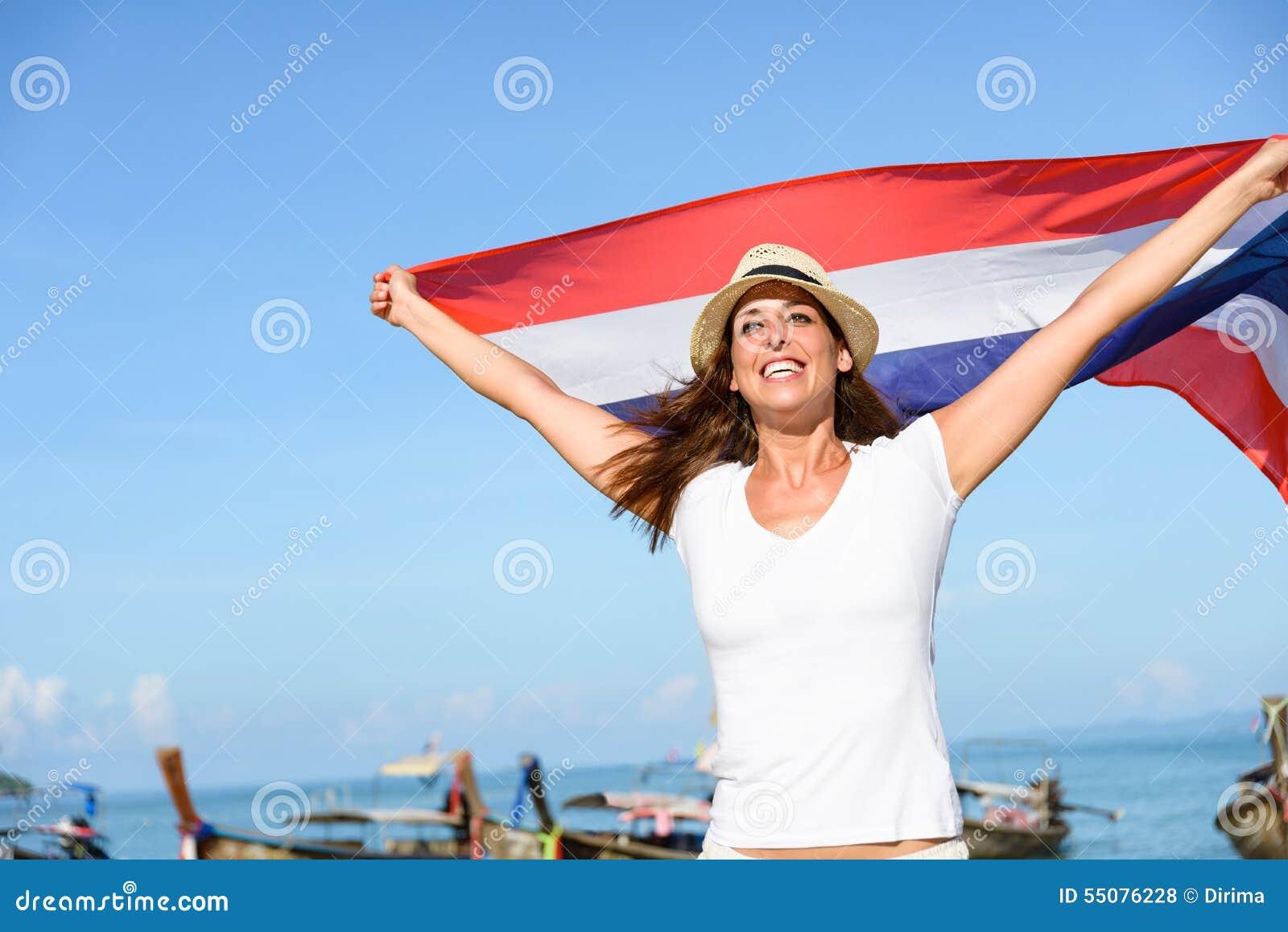 Vrouw op Reis naar Thailand die pret met vlag hebben