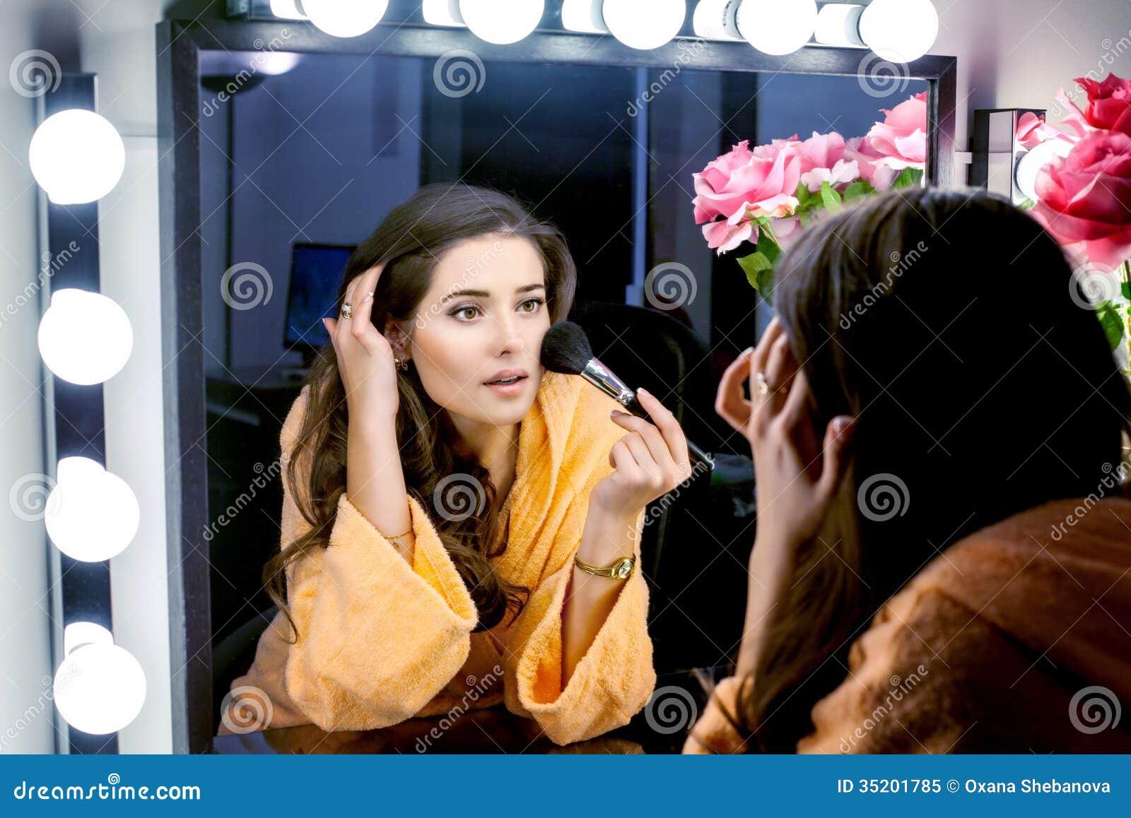 Vrouw In Oranje Robe Die Haar Make-up Doen En In Spiegel Wathching ...