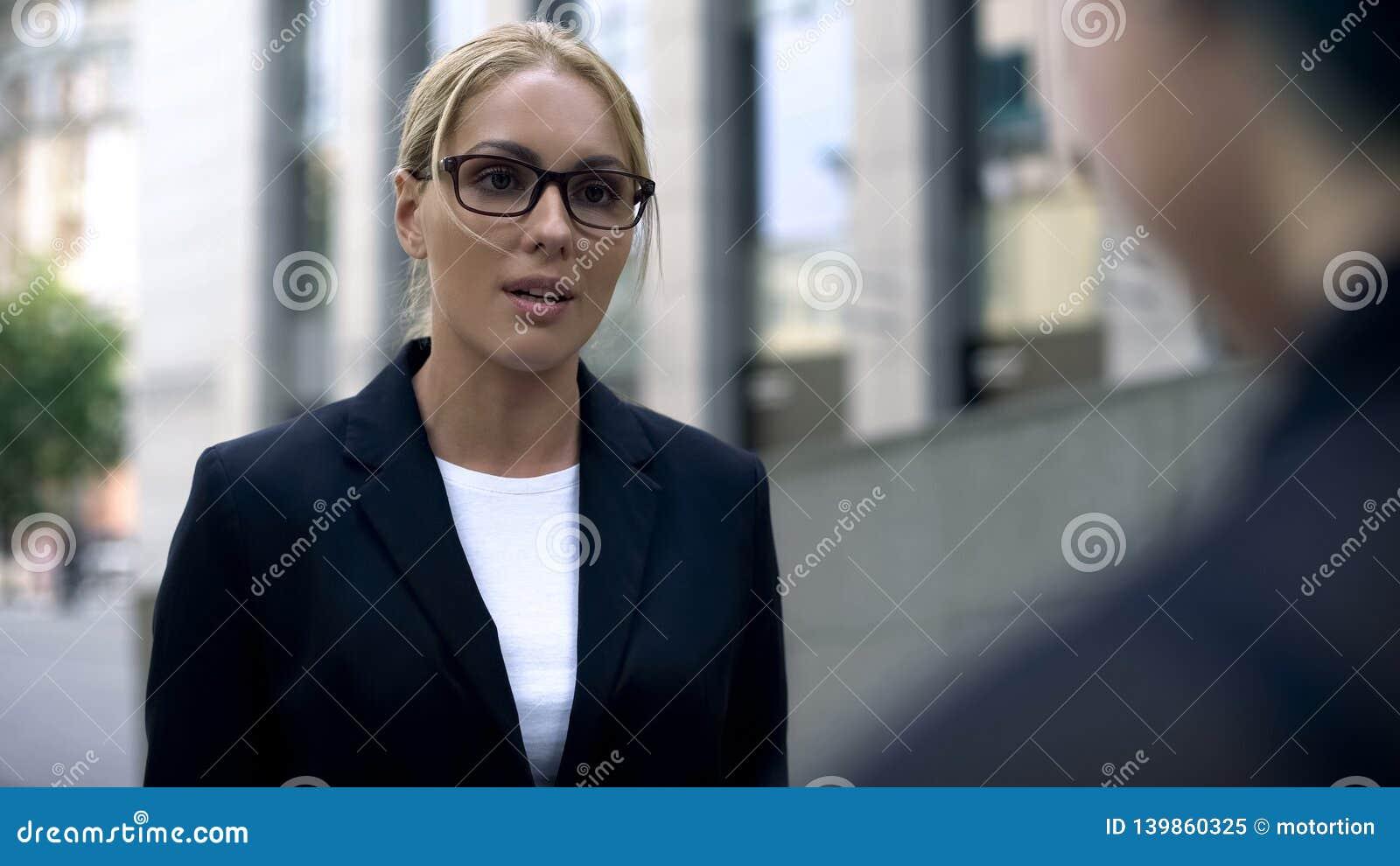 Vrouw in pak die met cliënt, deskundige op haar gebied spreken, tolk