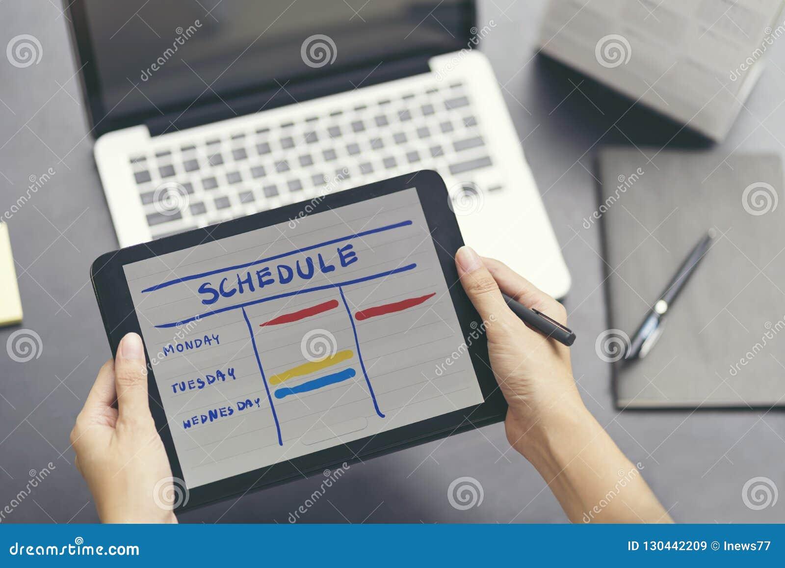 Vrouw planningsagenda en programma die de ontwerper van de kalendergebeurtenis gebruiken