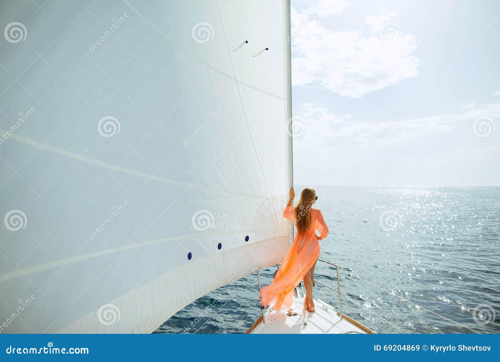 Vrouw in reis van de de zeilenluxe van sarongenzeilen de witte