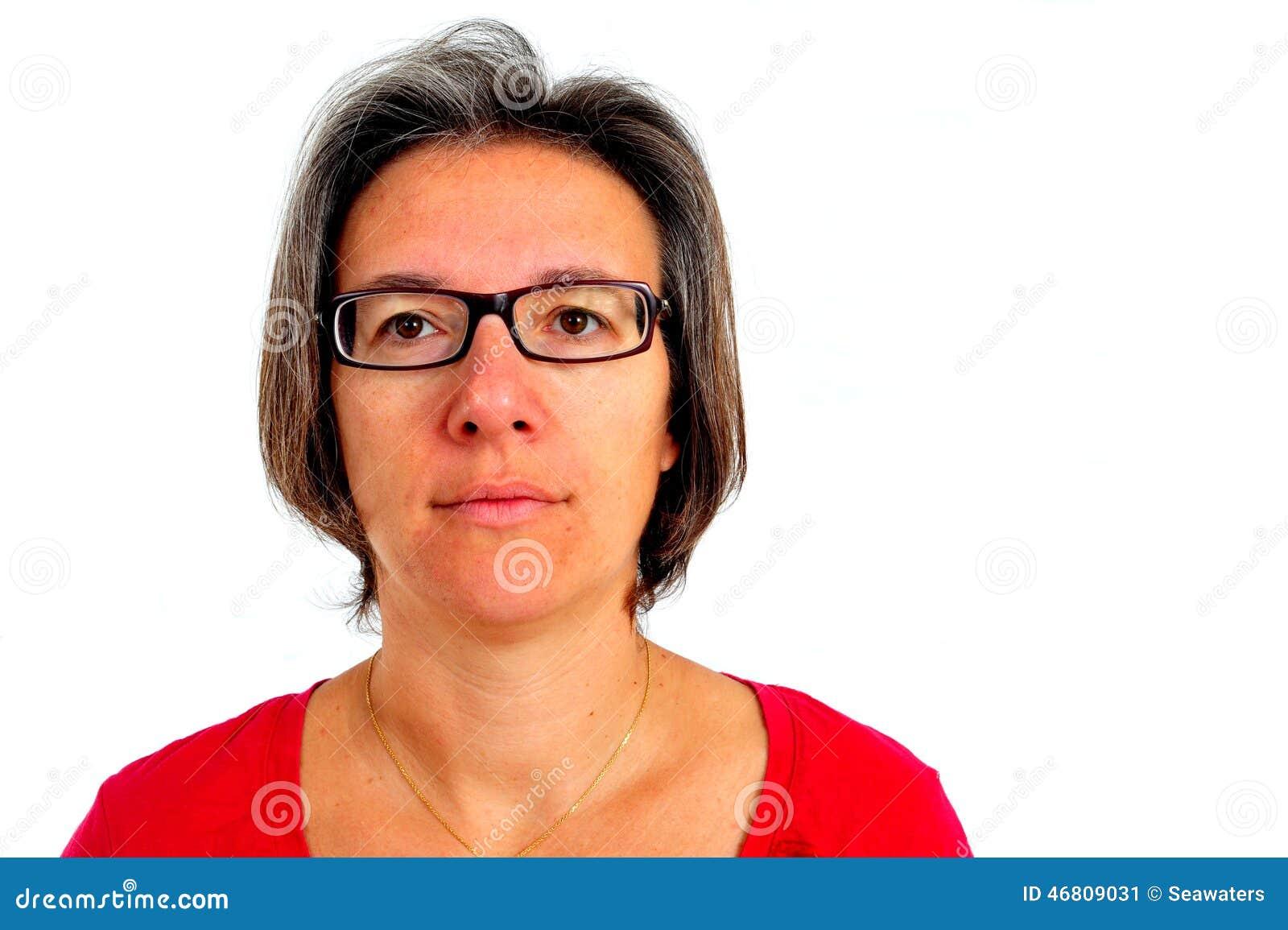 Vrouw in rode t-shirt op smartphone in studio
