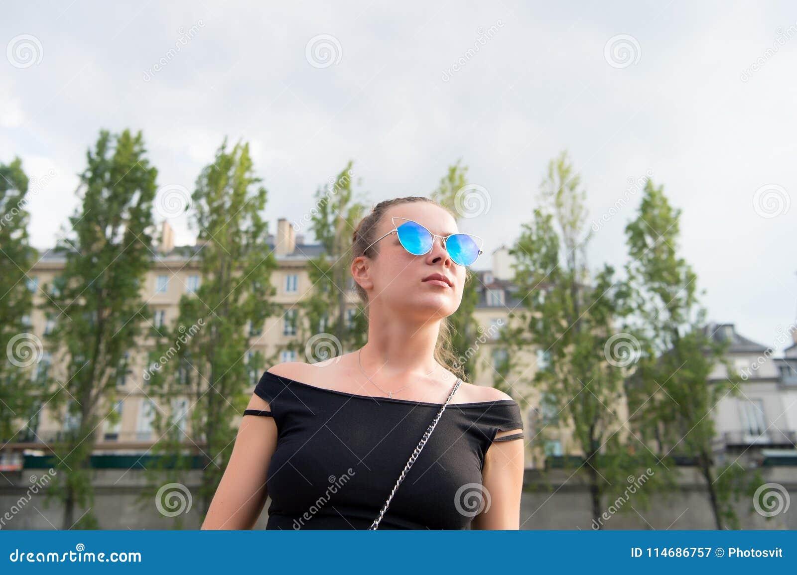 Vrouw in sexy vest in Parijs, Frankrijk De sensuele zonnebril van de vrouwenslijtage op cityscape Zwerflust of vakantie en reizen