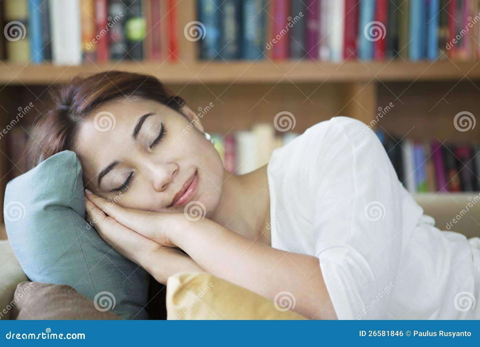 Vrouw slapend op laag