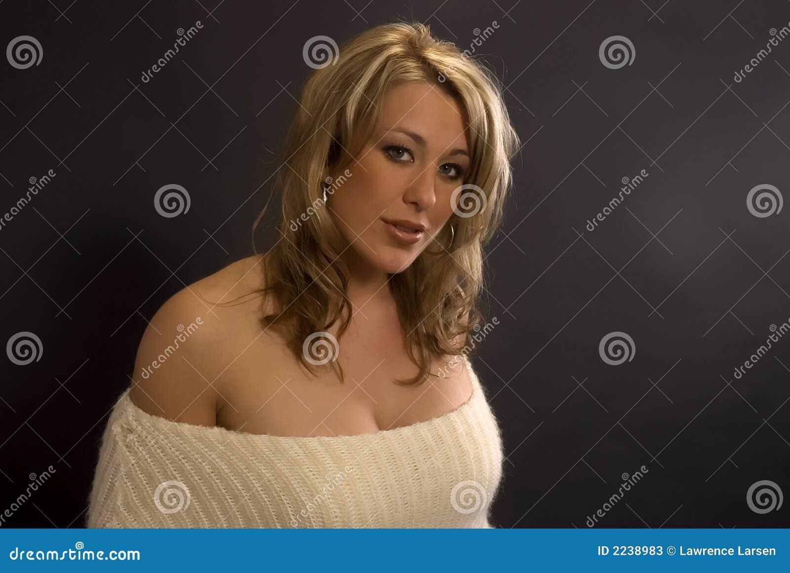 Vrouw in sweater met terughoudende blik