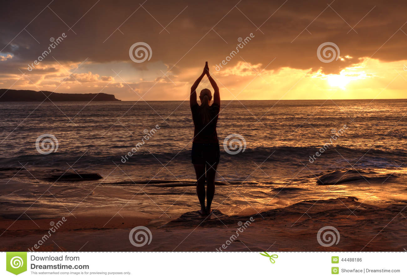 Vrouw Tadasana - de Berg stelt yoga door het overzees bij zonsopgang