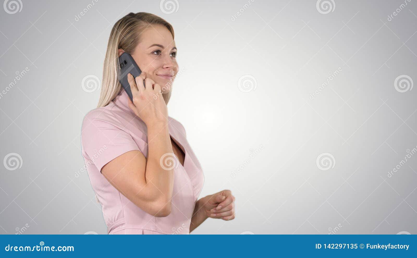 Vrouw talkin op de telefoon op gradiëntachtergrond