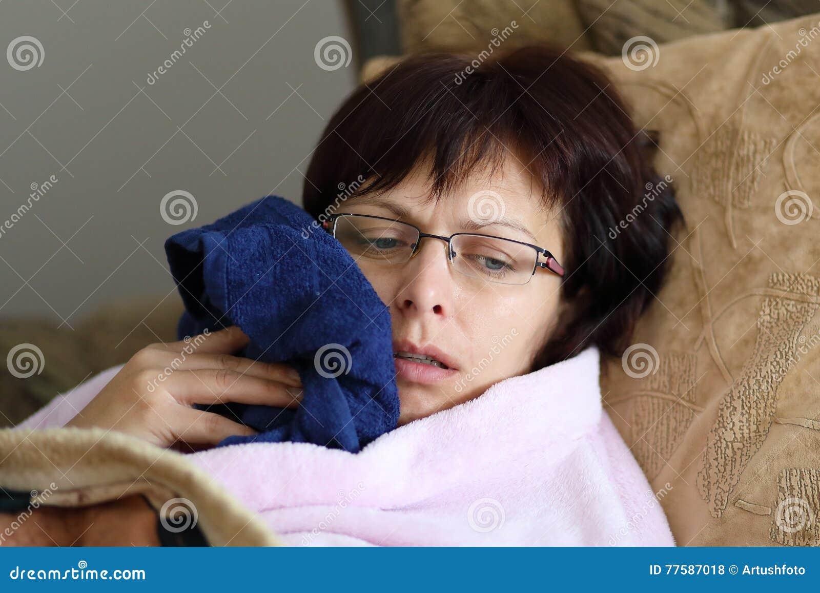 Vrouw thuis na het trekken van tanden