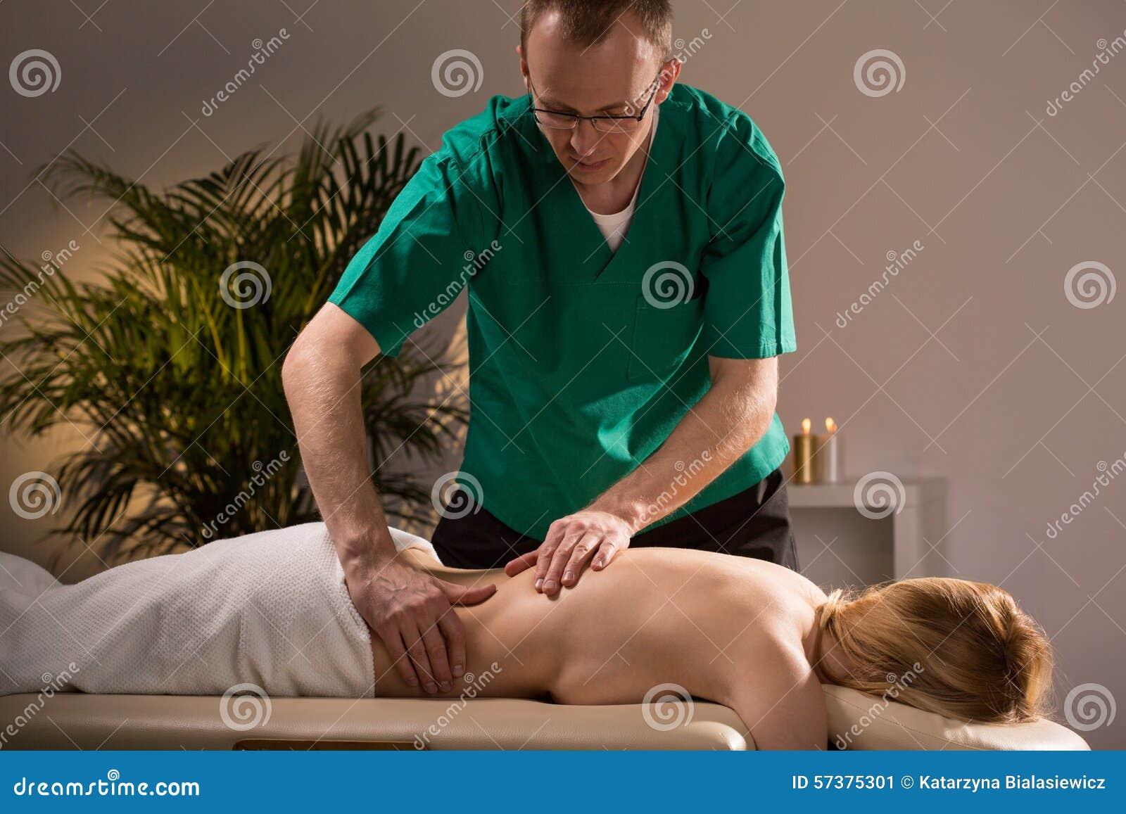 Vrouw tijdens wellnessmassage