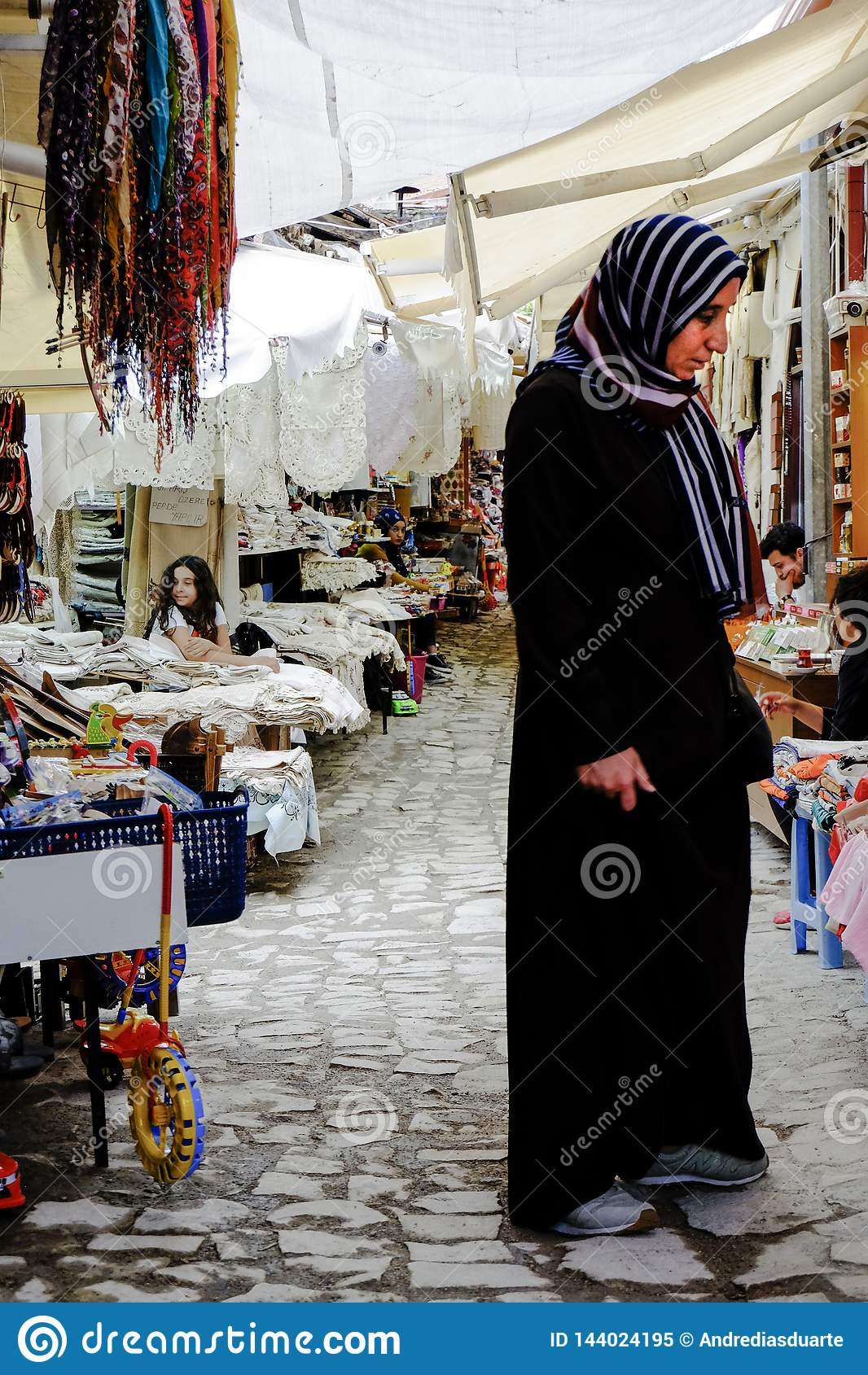 Vrouw in typische markt, Turkije
