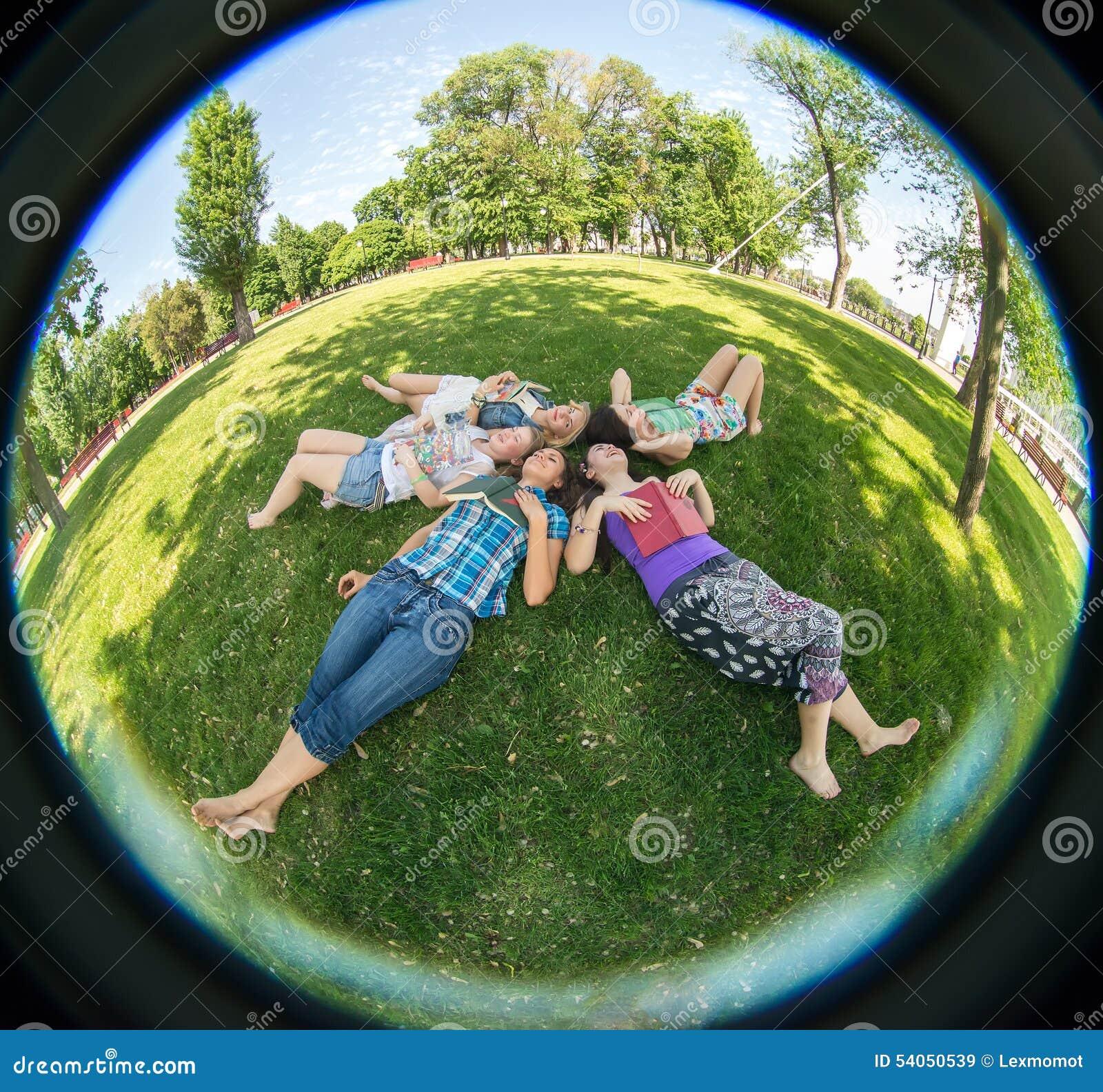 Vrouw van de geluk de jonge schoonheid bij een picknick